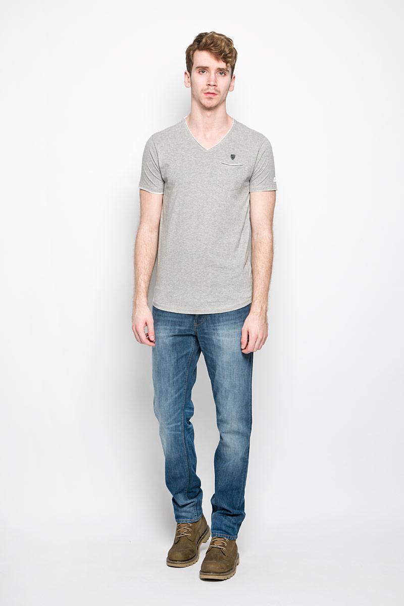 Футболка мужская MeZaGuZ, цвет: серый меланж. Trunk/LIGHTGREYMEL. Размер XXL (54)Trunk/LIGHTGREYMELСтильная мужская футболка MeZaGuZ выполнена из хлопка с добавлением вискозы. Материал очень мягкий и приятный на ощупь, обладает высокой воздухопроницаемостью и гигроскопичностью, позволяет коже дышать. Модель прямого кроя с V-образным вырезом горловины и короткими рукавами. Футболка спереди дополнена небольшим накладным карманом и металлической нашивкой с наименованием бренда, а на левом рукаве - термоаппликацией с символикой бренда. В боковых швах небольшие разрезы. Такая модель подарит вам комфорт в течение всего дня и послужит замечательным дополнением к вашему гардеробу.