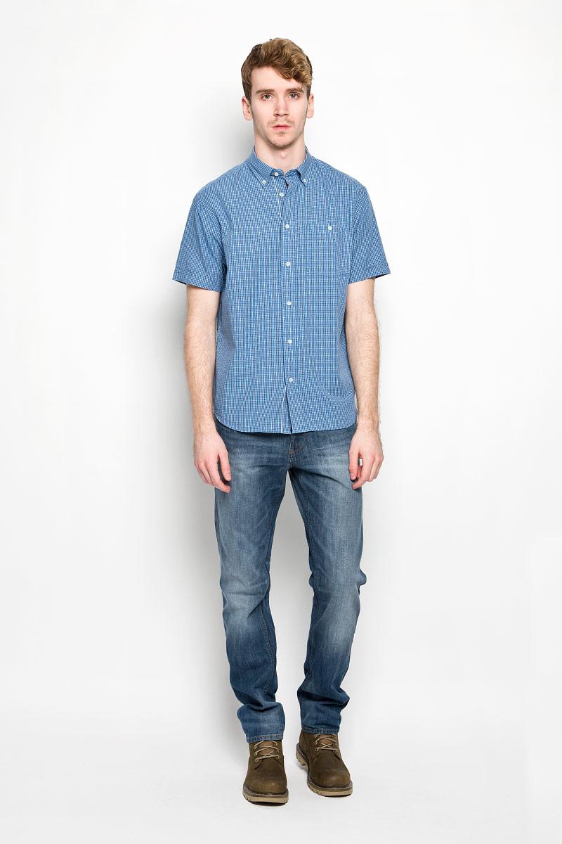 Рубашка мужская Wrangler Button-Down, цвет: синий, белый. W58944M96. Размер S (46)W58944M96Мужская рубашка Wrangler Button-Down, выполненная из натурального хлопка, идеально дополнит ваш образ. Материал мягкий и приятный на ощупь, не сковывает движения и позволяет коже дышать.Рубашка классического кроя с короткими рукавами и отложным воротником застегивается на пуговицы по всей длине. Края воротника также застегиваются на пуговицы. На груди модель дополнена накладным карманом.Такая модель будет дарить вам комфорт в течение всего дня и станет стильным дополнением к вашему гардеробу.