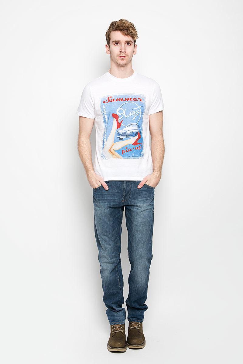 Футболка мужская Sela, цвет: белый, голубой, красный. Ts-211/1065-6254. Размер XL (52)Ts-211/1065-6254Стильная мужская футболка Sela выполнена из натурального хлопка. Материал очень мягкий и приятный на ощупь, обладает высокой воздухопроницаемостью и гигроскопичностью, позволяет коже дышать. Модель прямого кроя с круглым вырезом горловины и короткими рукавами. Горловина обработана трикотажной резинкой, которая предотвращает деформацию после стирки и во время носки. Футболка дополнена оригинальным рисунком и надписями на английском языке.Такая модель подарит вам комфорт в течение всего дня и послужит замечательным дополнением к вашему гардеробу.