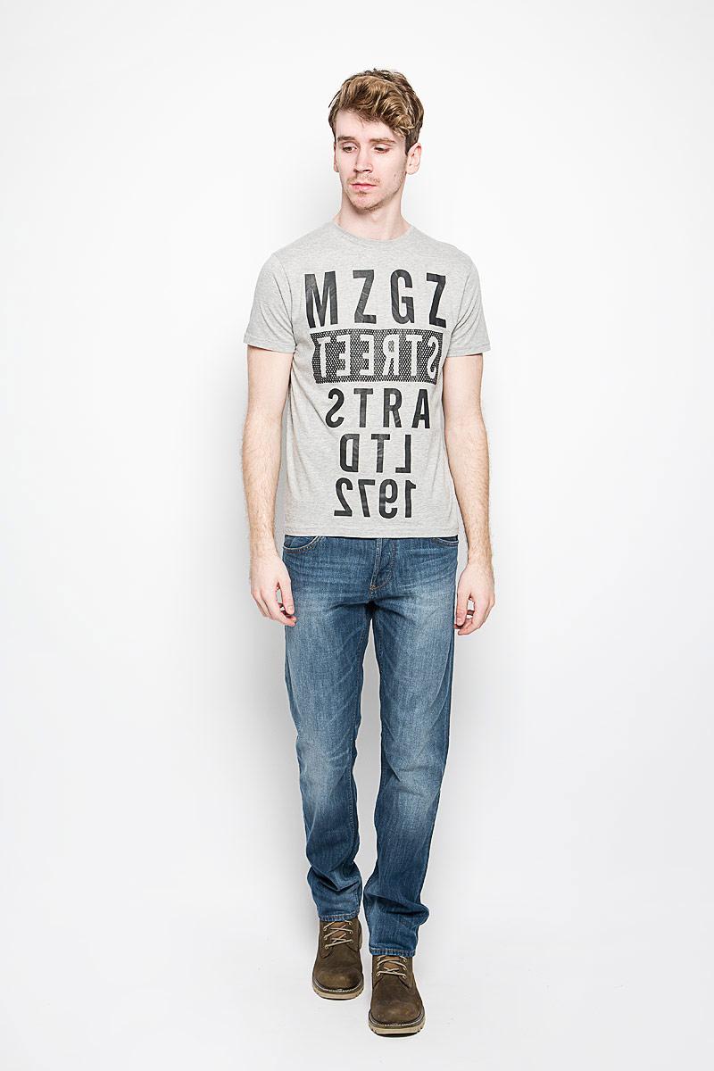 Футболка мужская MeZaGuZ, цвет: светло-серый, черный. Theboy/LIGHTGREYMEL. Размер L (50)Theboy/LIGHTGREYMELСтильная мужская футболка MeZaGuZ выполнена из натурального хлопка. Материал очень мягкий и приятный на ощупь, обладает высокой воздухопроницаемостью и гигроскопичностью, позволяет коже дышать. Модель прямого кроя с круглым вырезом горловины и короткими рукавами. Горловина обработана трикотажной резинкой, которая предотвращает деформацию после стирки и во время носки. Футболка дополнена оригинальным принтом в виде надписей на английском языке.Такая модель подарит вам комфорт в течение всего дня и послужит замечательным дополнением к вашему гардеробу.