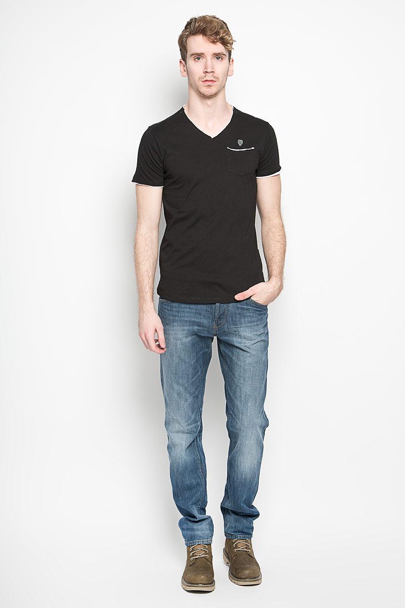 Футболка мужская MeZaGuZ, цвет: черный. Trunk/BLACK. Размер M (48)Trunk/BLACKСтильная мужская футболка MeZaGuZ выполнена из хлопка с добавлением вискозы. Материал очень мягкий и приятный на ощупь, обладает высокой воздухопроницаемостью и гигроскопичностью, позволяет коже дышать. Модель прямого кроя с V-образным вырезом горловины и короткими рукавами. Футболка спереди дополнена небольшим накладным карманом и металлической нашивкой с наименованием бренда, а на левом рукаве - термоаппликацией с символикой бренда. В боковых швах небольшие разрезы. Такая модель подарит вам комфорт в течение всего дня и послужит замечательным дополнением к вашему гардеробу.