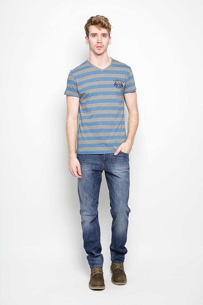 Футболка мужская BeGood Classic, цвет: бежевый, голубой, темно-синий. BGUZ-619. Размер 54BGUZ-619Мужская футболка BeGood Classic, выполненная из натурального хлопка, идеально подойдет для повседневной носки. Материал изделия очень мягкий и приятный на ощупь, не сковывает движения и позволяет коже дышать.Футболка с V-образным вырезом горловины и короткими рукавами оформлена принтом в полоску. Изделие украшено вышивкой на груди, дополнено небольшой текстильной нашивкой.Дизайн и расцветка делают эту футболку стильным предметом мужской одежды, она поможет создать отличный современный образ.