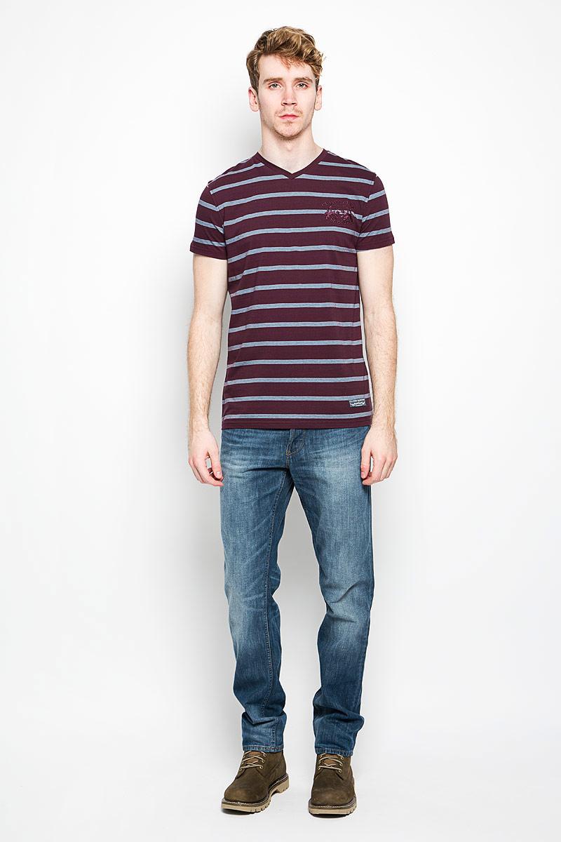 Футболка мужская BeGood Classic, цвет: бордовый, голубой. BGUZ-619. Размер 48BGUZ-619Мужская футболка BeGood Classic, выполненная из натурального хлопка, идеально подойдет для повседневной носки. Материал изделия очень мягкий и приятный на ощупь, не сковывает движения и позволяет коже дышать.Футболка с V-образным вырезом горловины и короткими рукавами оформлена принтом в полоску. Изделие украшено вышивкой на груди, дополнено небольшой текстильной нашивкой.Дизайн и расцветка делают эту футболку стильным предметом мужской одежды, она поможет создать отличный современный образ.