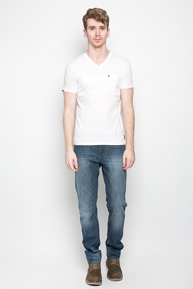 Футболка мужская MeZaGuZ, цвет: белый. Twaddles. Размер L (50)Twaddles_Opt WhiteМужская футболка MeZaGuZ, выполненная из натурального хлопка, станет стильным дополнением к вашему гардеробу. Материал изделия мягкий и приятный на ощупь, не сковывает движения и позволяет коже дышать. Вставка на модели изготовлена из полиэстера.Футболка с V-образным вырезом горловины и короткими рукавами дополнена спереди перфорированной вставкой. На груди расположен накладной карман, декорированный металлической клепкой. Изделие украшено текстильными нашивками. Такая модель отлично подойдет для повседневной носки и подарит вам комфорт в течение всего дня!