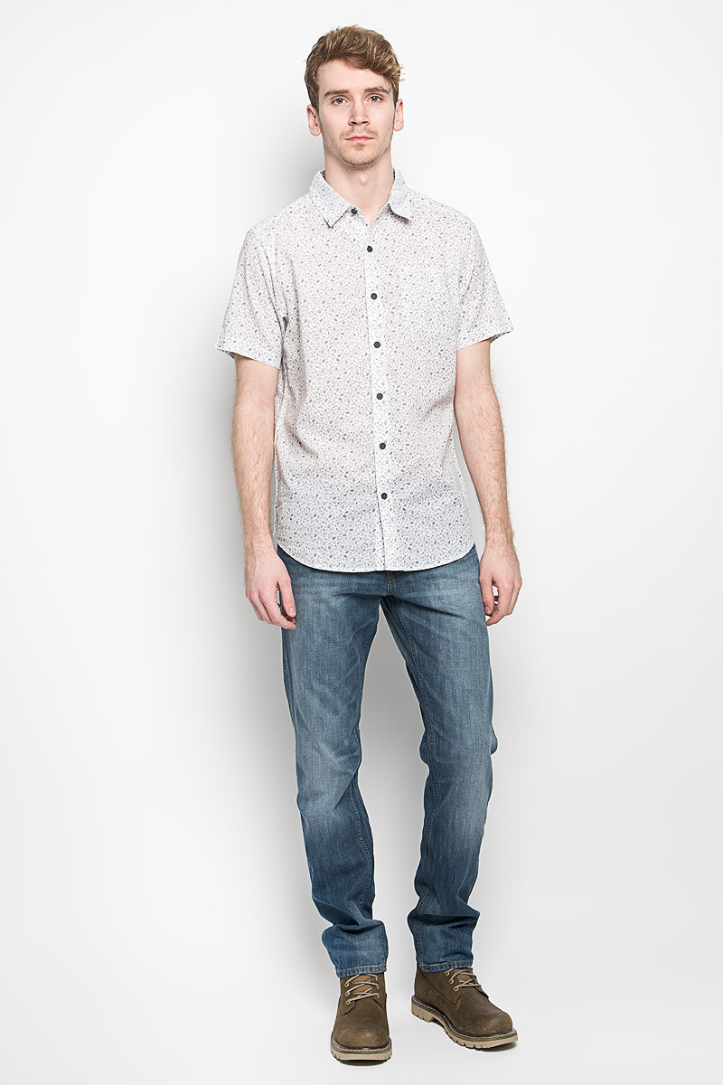 Рубашка мужская Columbia Under Exposure II SS Shirt, цвет: белый, серый. 1577751_102. Размер L (52)1577751_102Модная мужская рубашка Columbia Under Exposure II SS Shirt, выполненная из натурального хлопка, прекрасно подойдет для повседневной носки. Материал очень легкий, мягкий и приятный на ощупь, не сковывает движения и позволяет коже дышать. Рубашка с отложным воротником и короткими рукавами застегивается на пуговицы по всей длине. На груди предусмотрен накладной карман. Изделие оформлено мелким принтом по всей поверхности. Такая модель будет дарить вам комфорт в течение всего дня и станет стильным дополнением к вашему гардеробу.