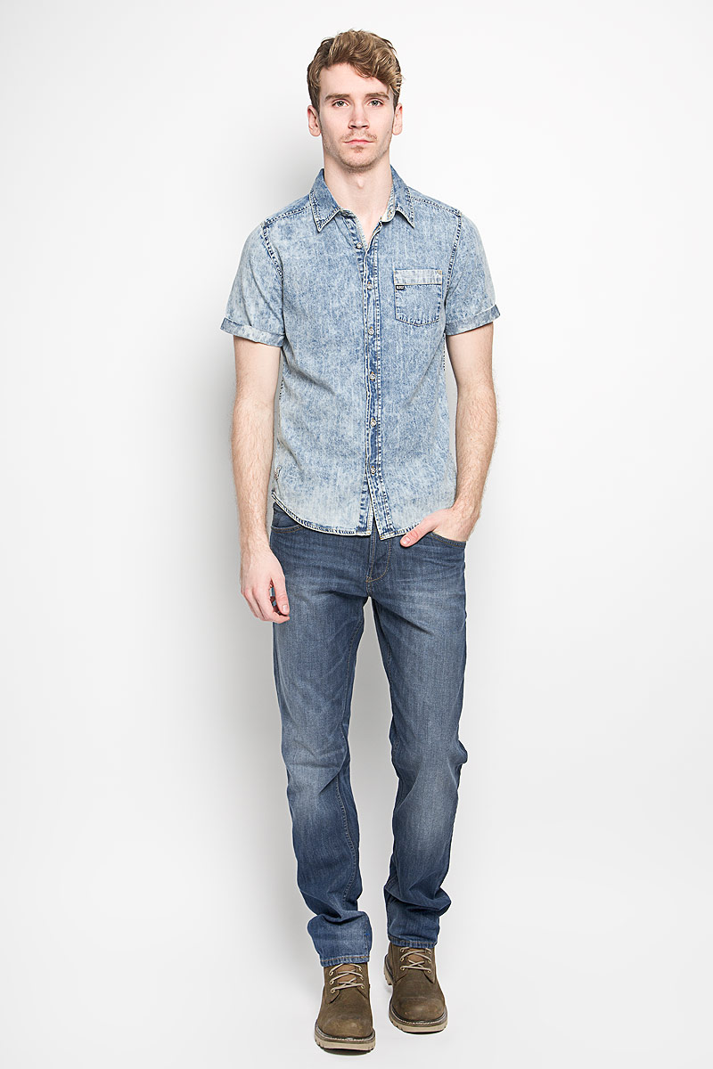 Рубашка мужская MeZaGuZ, цвет: синий, голубой. Chriss. Размер XL (52)Chriss_BlueМужская джинсовая рубашка MeZaGuZ, изготовленная из натурального хлопка, прекрасно подойдет для повседневной носки. Изделие мягкое и приятное на ощупь, не сковывает движения и хорошо пропускает воздух. Рубашка с отложным воротником и короткими рукавами застегивается на пуговицы по всей длине. Рукава рубашки дополнены декоративными отворотами. На груди расположен накладной карман. Изделие украшено небольшими текстильными нашивками. Такая модель будет дарить вам комфорт в течение всего дня и станет стильным дополнением к вашему гардеробу.