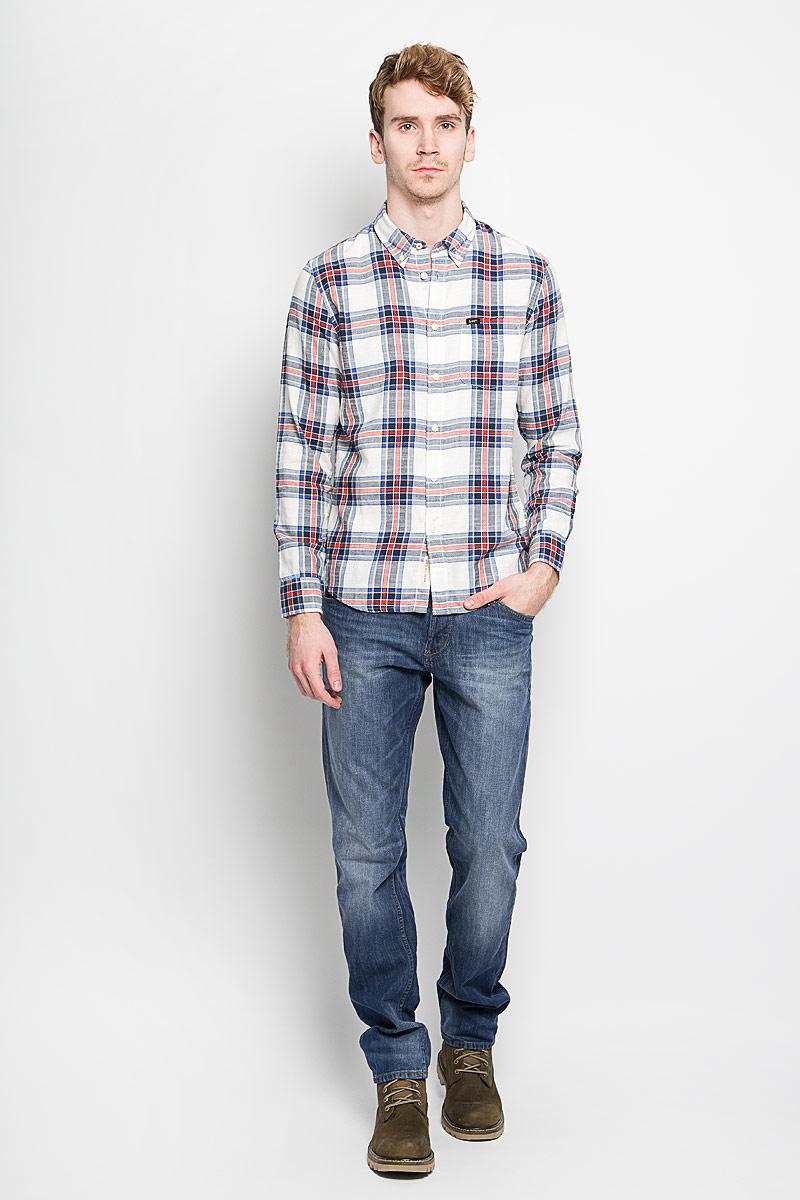 Рубашка мужская Lee, цвет: белый, красный, синий. L880ZJHA. Размер XL (52)L880ZJHAМужская рубашка Lee, выполненная из натурального хлопка, идеально дополнит ваш образ. Материал мягкий и приятный на ощупь, не сковывает движения и позволяет коже дышать.Рубашка классического кроя с длинными рукавами и отложным воротником застегивается на пуговицы по всей длине. Края воротника и манжеты на рукавах также застегиваются на пуговицы. На груди модель дополнена накладным карманом.Такая модель будет дарить вам комфорт в течение всего дня и станет стильным дополнением к вашему гардеробу.