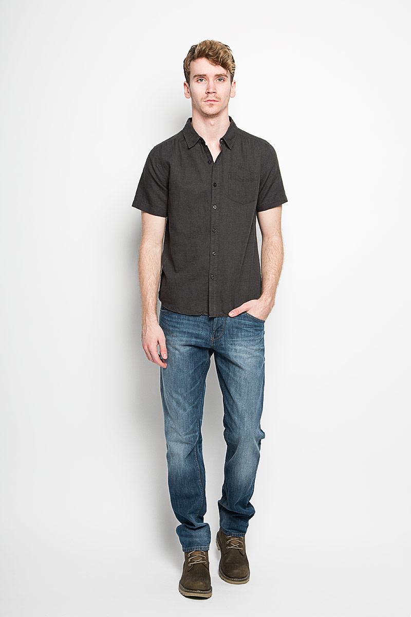 Рубашка мужская MeZaGuZ, цвет: графитовый. Cambodge. Размер S (46)Cambodge_Graphite VersionМодная мужская рубашка MeZaGuZ, изготовленная из хлопка и льна, прекрасно подойдет для повседневной носки. Изделие очень мягкое и приятное на ощупь, не сковывает движения и хорошо пропускает воздух. Рубашка с отложным воротником и короткими рукавами застегивается на пуговицы по всей длине. На груди расположен накладной карман. Изделие украшено вышитой надписью с названием бренда. Такая модель будет дарить вам комфорт в течение всего дня и станет стильным дополнением к вашему гардеробу.