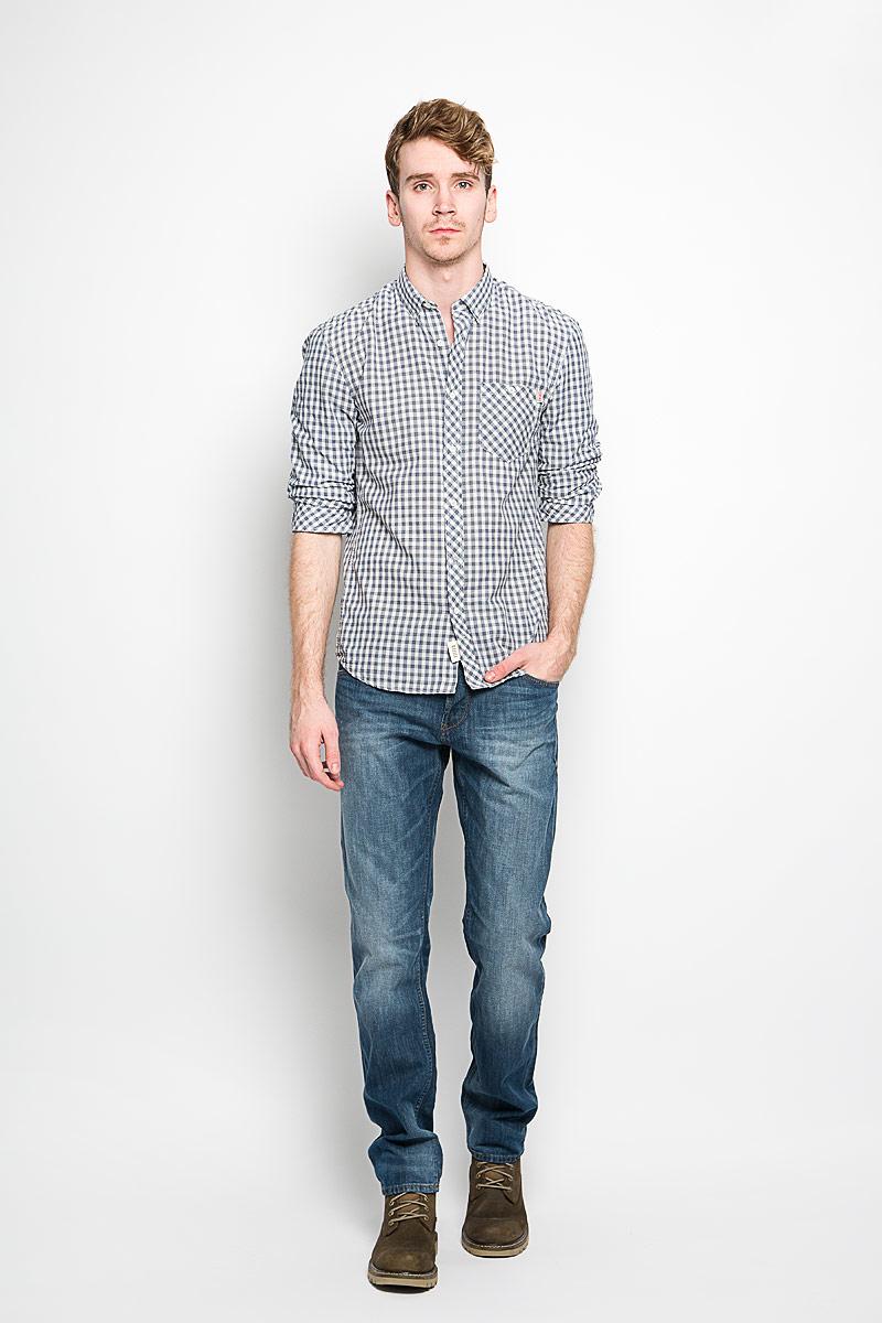 Рубашка мужская Tom Tailor Denim, цвет: белый, темно-синий. 2031626.62.12_6814. Размер L (50)2031626.62.12_6814Мужская рубашка Tom Tailor Denim, выполненная из натурального хлопка, идеально дополнит ваш образ. Материал мягкий и приятный на ощупь, не сковывает движения и позволяет коже дышать.Рубашка классического кроя с рукавами в сборку и отложным воротником застегивается на пуговицы по всей длине. Края воротника и манжеты на рукавах также застегиваются на пуговицы. На груди модель дополнена накладным карманом.Такая модель будет дарить вам комфорт в течение всего дня и станет стильным дополнением к вашему гардеробу.