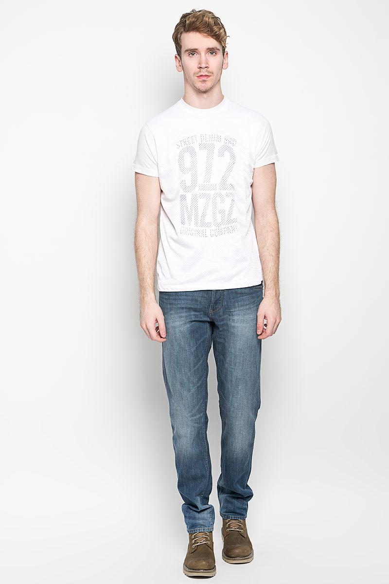 Футболка мужская MeZaGuZ, цвет: белый. Terror. Размер S (46)Terror_Optical WhiteМужская футболка MeZaGuZ, выполненная из хлопка и полиэстера, станет стильным дополнением к вашему гардеробу. Материал изделия мягкий и приятный на ощупь, не сковывает движения и позволяет коже дышать.Футболка с круглым вырезом горловины и короткими рукавами дополнена спереди перфорированной вставкой. Вырез горловины оформлен трикотажной резинкой. Изделие украшено принтовой надписью спереди, сзади дополнено изображением контрастной полосы.Такая модель подарит вам комфорт в течение всего дня!