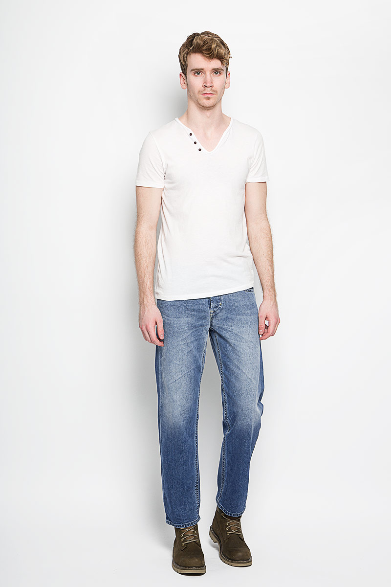 Джинсы мужские Diesel Khiro, цвет: голубой. 00SPF3-0852E. Размер 36-34 (48-34)00SPF3-0852EСтильные мужские джинсы Diesel Khiro - джинсы высочайшего качества, которые прекрасно сидят. Модель слегка зауженного кроя и средней посадки изготовлена из натурального хлопка с добавлением эластана и лиоцелла, не сковывает движения и дарит комфорт.Джинсы на талии застегиваются на металлическую пуговицу, а также имеют ширинку на пуговицах и шлевки для ремня. Спереди модель дополнена двумя втачными карманами и одним накладным маленьким кармашком, а сзади - двумя большими накладными карманами. Изделие оформлено эффектом потертости.Эти модные и в тоже время удобные джинсы помогут вам создать оригинальный современный образ. В них вы всегда будете чувствовать себя уверенно и комфортно.