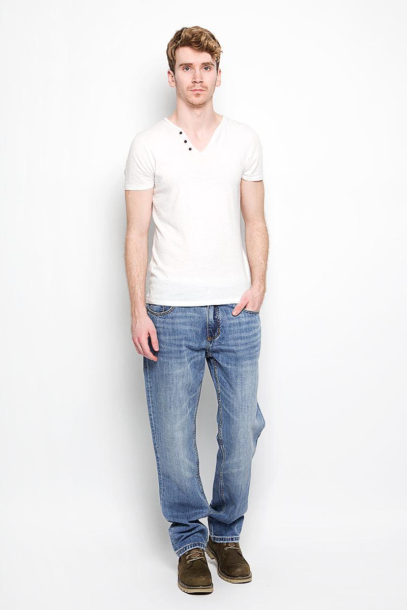 Джинсы мужские Lee Cooper Richard, цвет: голубой. M10070-0101/WN15. Размер 32-34 (48-34)M10070-0101/WN15Стильные мужские джинсы Lee Cooper Richard - джинсы высочайшего качества, которые прекрасно сидят. Модель слегка зауженного к низу кроя и средней посадки изготовлена bp натурального хлопка, не сковывает движения и дарит комфорт. Джинсы на талии застегиваются на металлическую пуговицу, а также имеют ширинку на застежке-молнии и шлевки для ремня. Спереди модель дополнена двумя втачными карманами и одним накладным небольшим кармашком, а сзади - двумя большими накладными карманами. Изделие оформлено небольшим эффектом потертости. Эти модные и в тоже время удобные джинсы помогут вам создать оригинальный современный образ. В них вы всегда будете чувствовать себя уверенно и комфортно.