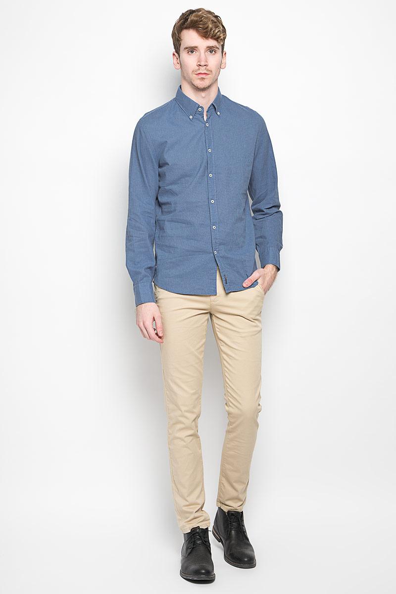 Рубашка мужская Marc O`Polo, цвет: голубой, темно-синий. 159642062. Размер L (50)159642062Мужская рубашка Marc O`Polo, изготовленная из хлопка и льна, прекрасно подойдет для повседневной носки. Изделие очень мягкое и приятное на ощупь, не сковывает движения и хорошо пропускает воздух. Рубашка с отложным воротником и длинными рукавами застегивается на пуговицы по всей длине. Манжеты на рукавах также имеют застежки-пуговицы. Изделие украшено текстильной нашивкой. Такая модель будет дарить вам комфорт в течение всего дня и станет стильным дополнением к вашему гардеробу.