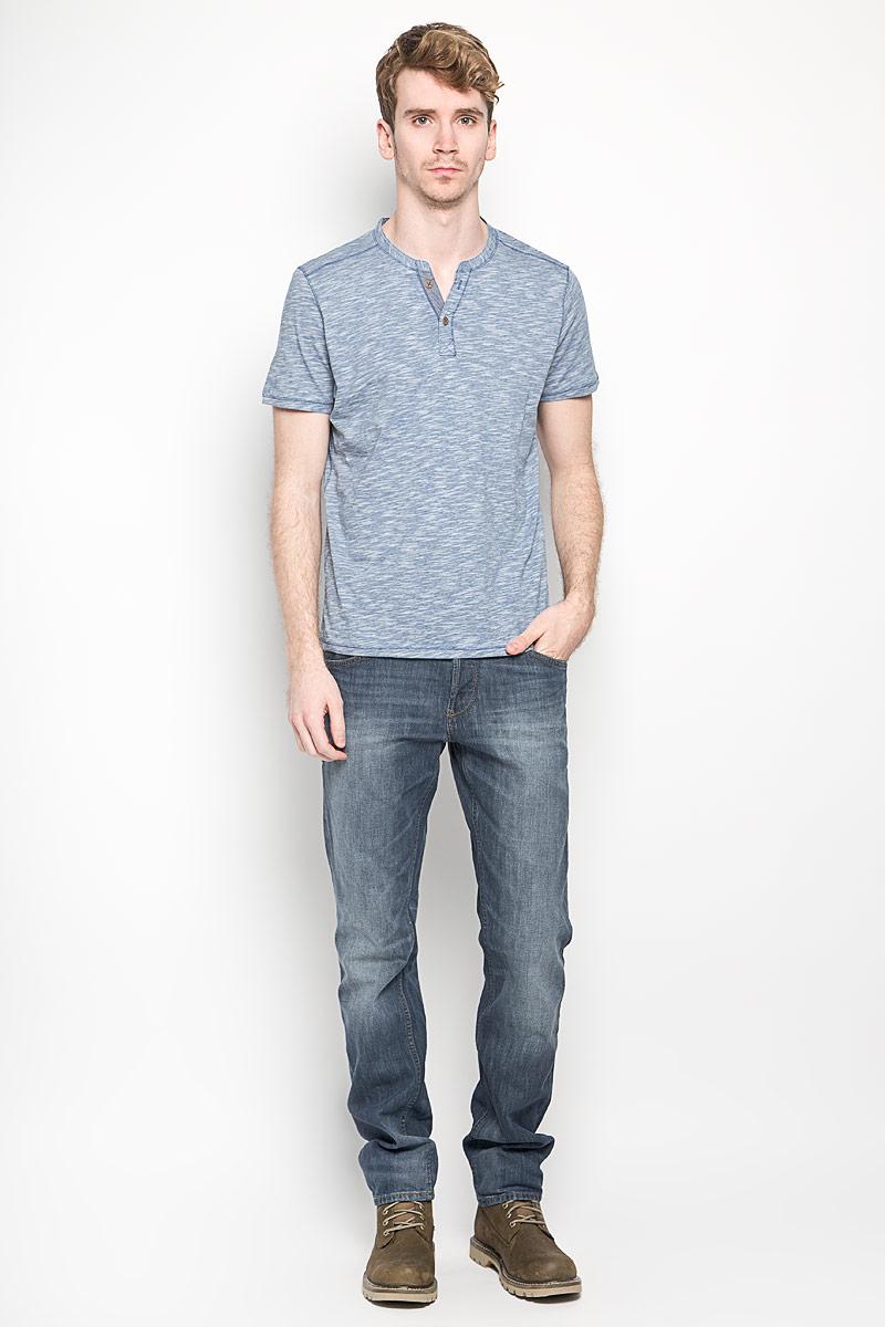 Футболка мужская Tom Tailor, цвет: синий, белый. 1033933.00.10_6069. Размер L (50)1033933.00.10_6069Стильная мужская футболка Tom Tailor выполнена из натурального хлопка. Материал очень мягкий и приятный на ощупь, обладает высокой воздухопроницаемостью и гигроскопичностью, позволяет коже дышать. Модель прямого кроя с круглым вырезом горловины и короткими рукавами. Вырез горловины оформлен имитацией застежки на пуговицы и небольшим разрезом. Футболка дополнена небольшой нашивкой с названием бренда.Такая модель подарит вам комфорт в течение всего дня и послужит замечательным дополнением к вашему гардеробу.