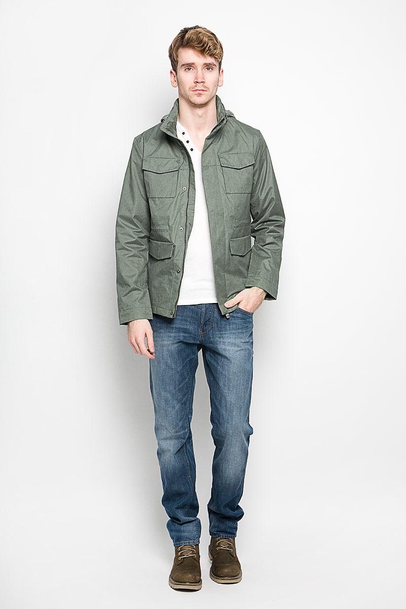 Куртка мужская Tom Tailor, цвет: серо-зеленый. 3532542.00.15_7677. Размер M (48)3532542.00.15_7677Стильная мужская куртка Tom Tailor подчеркнет вашу индивидуальность. Куртка изготовлена из высококачественной ткани. Модель с воротником-стойкой застегивается на застежку-молнию и имеет ветрозащитный клапан на кнопках. На воротнике предусмотрен потайной карман на молнии, внутрь которого убирается капюшон. Куртка дополнена двумя нагрудными накладными карманами с клапанами на кнопках, двумя врезными карманами на клапанах с кнопкамии одним потайным карманом на застежке-молнии. С внутренней стороны на талии предусмотрена регулируемая кулиска. Рукава регулируются по ширине с помощью хлястика на липучке. В такой куртке вам будет тепло и комфортно, а стильный дизайн и великолепное качество подчеркнут ваш вкус и статус.