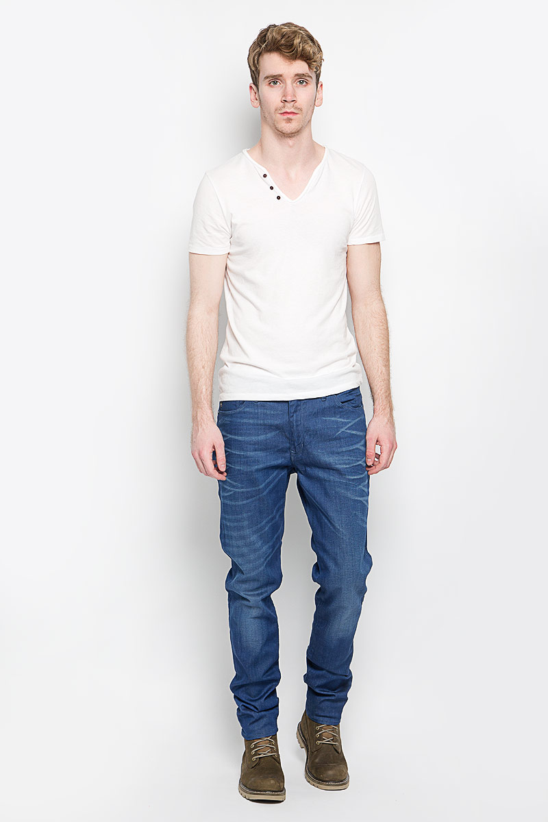Джинсы мужские Marc O`Polo, цвет: темно-синий. 914812108. Размер 31-34 (48-34)914812108Стильные мужские джинсы Marc O`Polo - джинсы высочайшего качества, которые прекрасно сидят. Модель слегка зауженного к низу кроя и средней посадки изготовлена хлопка с добавлением полиэстера и эластана, не сковывает движения и дарит комфорт. Джинсы на талии застегиваются на металлическую пуговицу, а также имеют ширинку на застежке-молнии и шлевки для ремня. Спереди модель дополнена двумя втачными карманами и одним накладным небольшим кармашком, а сзади - двумя большими накладными карманами. Изделие оформлено эффектом потертости. Эти модные и в тоже время удобные джинсы помогут вам создать оригинальный современный образ. В них вы всегда будете чувствовать себя уверенно и комфортно.