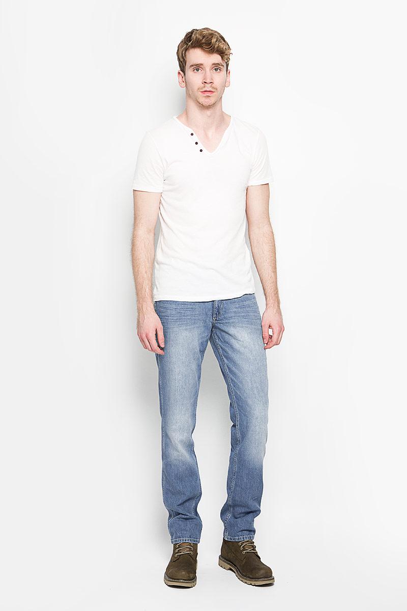 Джинсы мужские Wrangler, цвет: серо-голубой. W15QAV75Z. Размер 33-32 (48/50-32)W15QAV75ZСтильные мужские джинсы Wrangler - джинсы высочайшего качества, которые прекрасно сидят. Модель слегка зауженного к низу кроя и средней посадки изготовлена хлопка с добавлением льна, не сковывает движения и дарит комфорт. Джинсы на талии застегиваются на металлическую пуговицу, а также имеют ширинку на застежке-молнии и шлевки для ремня. Спереди модель дополнена двумя втачными карманами и одним накладным небольшим кармашком, а сзади - двумя большими накладными карманами. На правом заднем кармане нашивка с названием бренда. Изделие оформлено небольшим эффектом потертости. Эти модные и в тоже время удобные джинсы помогут вам создать оригинальный современный образ. В них вы всегда будете чувствовать себя уверенно и комфортно.