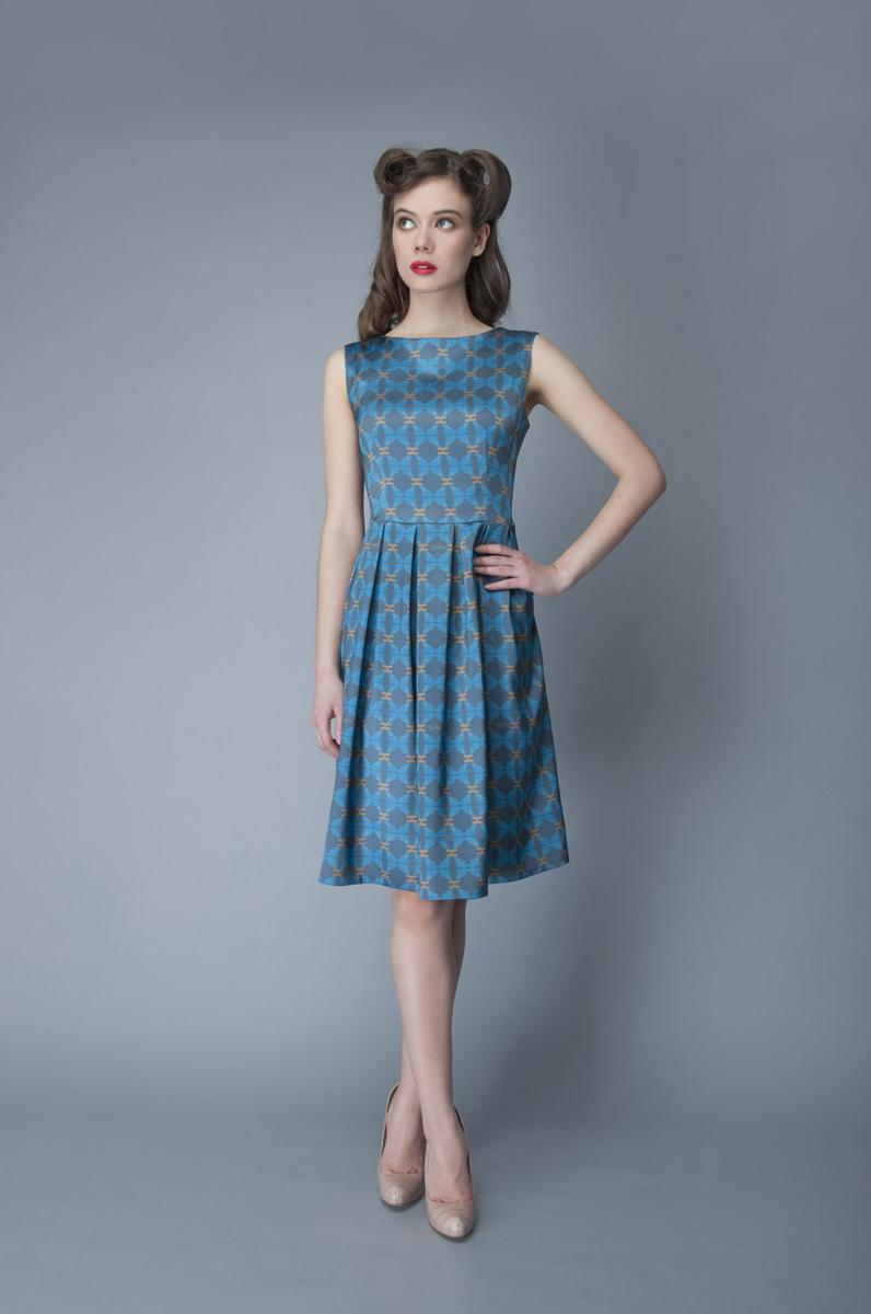 Платье Анна Чапман, цвет: синий, голубой. P01A4-11. Размер 46P01A4-11Элегантное платье Анна Чапман выполнено из высококачественного эластичного эко шелка. Такое платье обеспечит вам комфорт и удобство при носке и непременно вызовет восхищение у окружающих.Приталенная модель без рукавов, с круглым вырезом горловины выгодно подчеркнет все достоинства вашей фигуры. Платье-миди застегивается на застежку-молнию на спинке, юбка дополнена декоративными встречными складками. Спереди платье дополнено двумя втачными карманами. Модель оформлена красочным принтом с абстрактными узорами. Изысканное платье-миди создаст обворожительный и неповторимый образ.Это модное и удобное платье станет превосходным дополнением к вашему гардеробу, оно подарит вам удобство и поможет подчеркнуть свой вкус и неповторимый стиль.