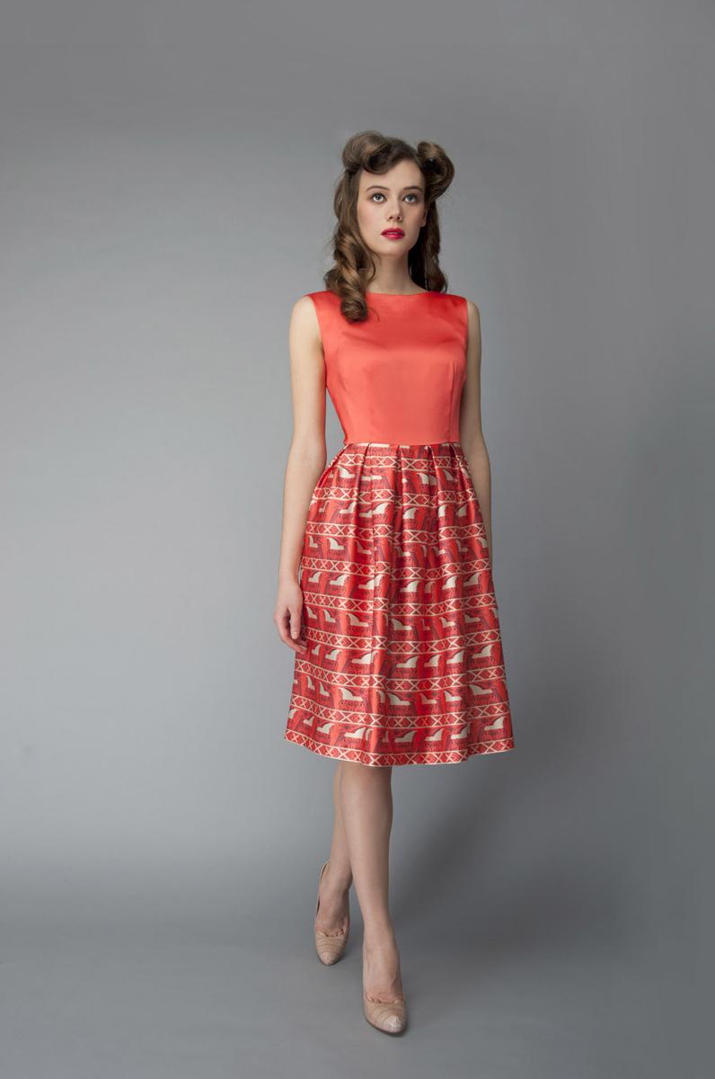Платье Анна Чапман, цвет: оранжевый. P01A4-19. Размер 46P01A4-19Элегантное платье Анна Чапман выполнено из высококачественного эластичного эко шелка. Такое платье обеспечит вам комфорт и удобство при носке и непременно вызовет восхищение у окружающих.Приталенная модель без рукавов, с круглым вырезом горловины выгодно подчеркнет все достоинства вашей фигуры. Платье-миди застегивается на застежку-молнию на спинке, юбка дополнена декоративными встречными складками. Спереди платье дополнено двумя втачными карманами. Модель оформлена красочным принтом Кони, стилизованным под традиционную древнерусскую роспись. Изысканное платье-миди создаст обворожительный и неповторимый образ.Это модное и удобное платье станет превосходным дополнением к вашему гардеробу, оно подарит вам удобство и поможет подчеркнуть свой вкус и неповторимый стиль.