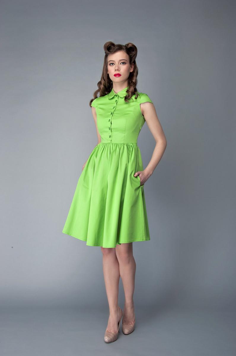Платье Анна Чапман, цвет: светло-зеленый. P40K4-L. Размер 46P40K4-LИзящное платье Анна Чапман, выполненное из эластичного хлопка, идеально сидит благодаря правильным выточкам.Платье-миди приталенного кроя с округлым отложным воротником и короткими рукавами подойдет как для вечернего выхода, так и на каждый день. Изделие застёгивается спереди на оригинальные пуговицы до талии, а также на потайную застежку-молнию сбоку. Юбка дополнена складками, что придает силуэту еще более утонченный вид и подчеркивает талию. Предусмотрены врезные карманы по бокам. Платье Анна Чапман станет стильным дополнением к вашему базовому гардеробу. В таком наряде вы, безусловно, привлечете восхищенные взгляды окружающих.