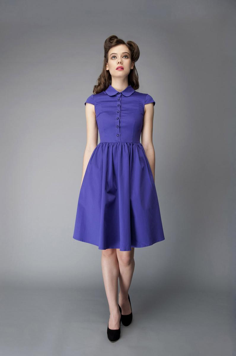 Платье Анна Чапман, цвет: фиолетовый. P40K4-V. Размер 44P40K4-VИзящное платье Анна Чапман, выполненное из эластичного хлопка, идеально сидит благодаря правильным выточкам.Платье-миди приталенного кроя с округлым отложным воротником и короткими рукавами подойдет как для вечернего выхода, так и на каждый день. Изделие застёгивается спереди на оригинальные пуговицы до талии, а также на потайную застежку-молнию сбоку. Юбка дополнена складками, что придает силуэту еще более утонченный вид и подчеркивает талию. Предусмотрены врезные карманы по бокам. Платье Анна Чапман станет стильным дополнением к вашему базовому гардеробу. В таком наряде вы, безусловно, привлечете восхищенные взгляды окружающих.