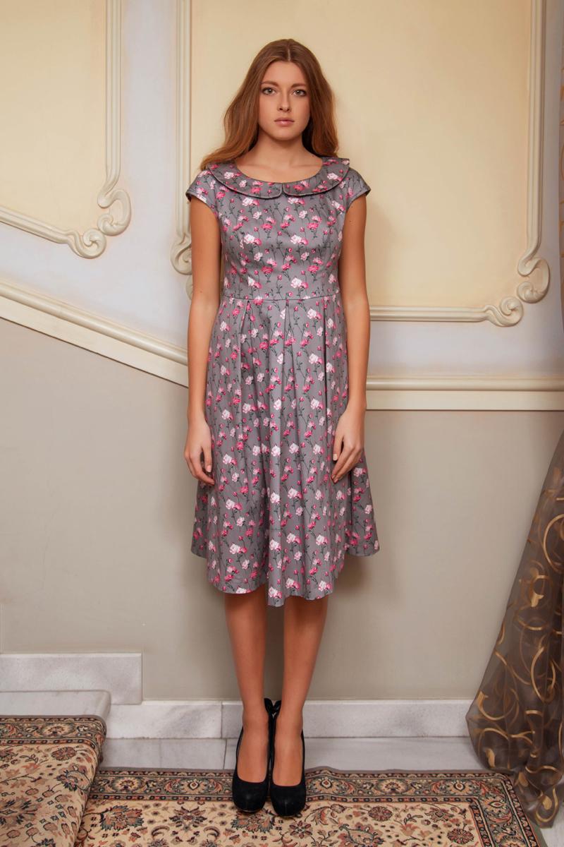 Платье Анна Чапман, цвет: серый, розовый, зеленый. P42K-22. Размер 44P42K-22Элегантное платье Анна Чапман подарит удобство и поможет вам подчеркнуть свой вкус и неповторимый стиль.Платье изготовлено из плотного эластичного хлопка, оно мягкое на ощупь, не раздражает кожу и хорошо вентилируется. Изделие оформлено принтом розы, который создает нежный и романтический образ.Модель с круглым вырезом горловины, дополненным отложным воротником и короткими цельнокроеными рукавами застегивается сбоку на потайную застежку-молнию. Платье идеально сидит, благодаря правильным выточкам и расклешенной юбке, что придает силуэту еще более утонченный вид и подчеркивает талию. В таком наряде вы несомненно окажетесь в центре внимания.