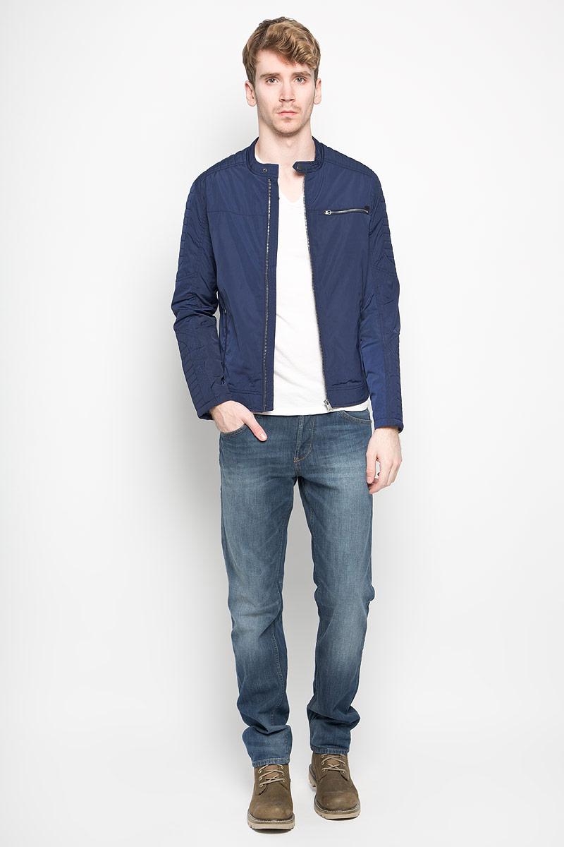 Куртка мужская Tom Tailor Denim, цвет: темно-синий. 3532446.00.12_6814. Размер S (46)3532446.00.12_6814Стильная мужская куртка Tom Tailor Denim выполнена из полиэстера на подкладке из полиэстера. Такая модель рассчитана на прохладную погоду. Куртка поможет вам почувствовать себя максимально комфортно и стильно. Модель с длинными рукавами и воротником-стойкой застегивается на пластиковую застежку-молнию. Воротник застегивается хлястиком на кнопку. Низ изделия оформлен хлястиками на кнопках. Куртка дополнена двумя вертикальными прорезными карманами на застежке-молнии и одним нагрудным горизонтальным прорезным карманом на застежке-молнии. Внутри небольшой потайной кармашек на кнопке. Модный дизайн и практичность - отличный выбор на каждый день!