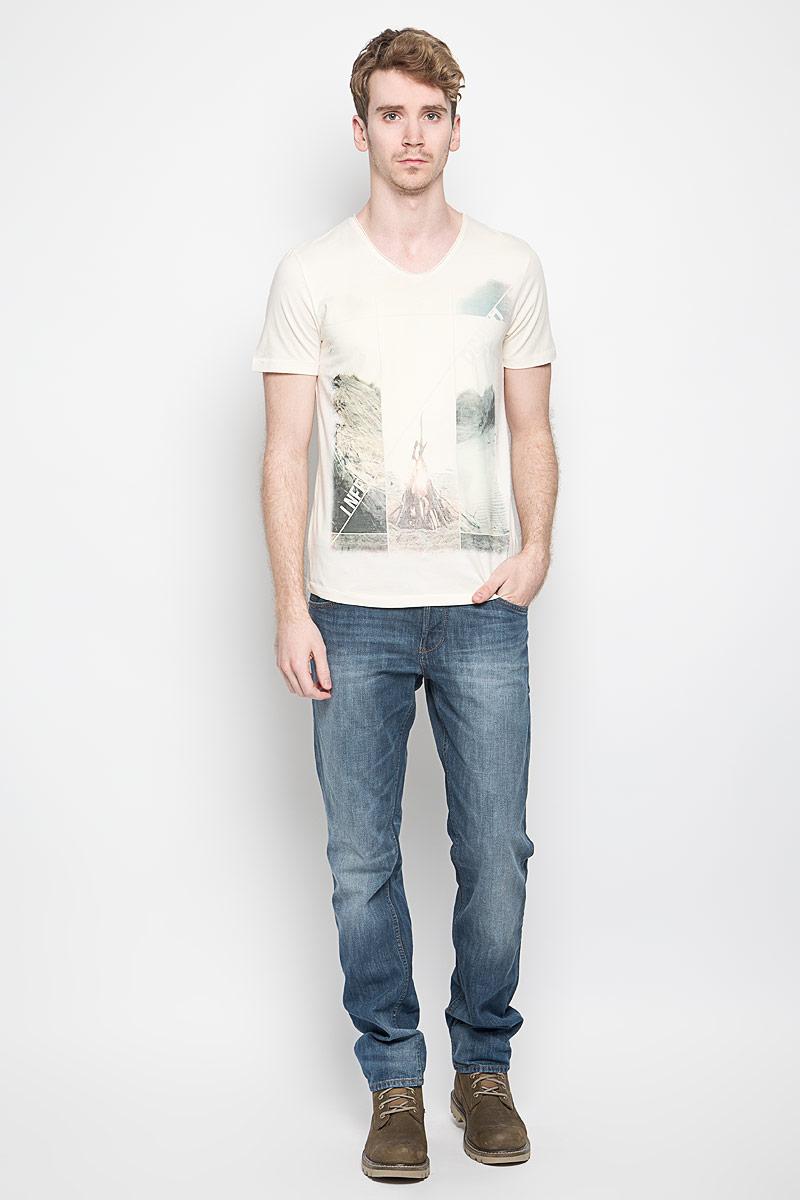 Футболка мужская Tom Tailor Denim, цвет: светло-бежевый. 1033996.00.12_8452. Размер XL (52)1033996.00.12_8452Стильная мужская футболка Tom Tailor Denim выполнена из натурального хлопка. Материал очень мягкий и приятный на ощупь, обладает высокой воздухопроницаемостью и гигроскопичностью, позволяет коже дышать. Модель прямого кроя с круглым вырезом горловины и короткими рукавами. Футболка дополнена оригинальным рисунком и надписями на английском языке.Такая модель подарит вам комфорт в течение всего дня и послужит замечательным дополнением к вашему гардеробу.