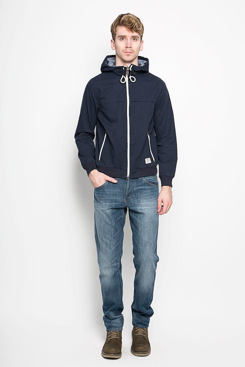 Куртка мужская Tom Tailor Denim, цвет: темно-синий. 3532444.00.12_6576. Размер M (48)3532444.00.12_6576Стильная мужская куртка Tom Tailor Denim, выполненная из натурального хлопка, отлично подойдет для прохладных дней. Куртка с несъемным капюшоном застегивается на пластиковую застежку-молнию. Капюшон регулируется с помощью шнурка. Манжеты и низ изделия дополнены трикотажной резинкой. Спереди модели находятся два прорезных кармана на застежках-молниях. Внутри имеются два накладных кармана, в каждом из которых - два отделения. Оформлено изделие фирменной текстильной нашивкой и вышитым логотипом фирмы.Эта модная и в то же время комфортная куртка согреет вас в холодное время года и прекрасно подойдет для прогулок.