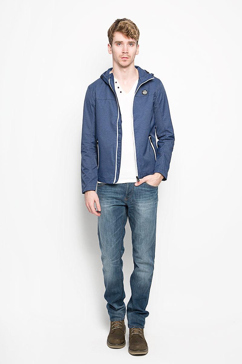 Куртка мужская Tom Tailor Denim, цвет: темно-синий. 3532445.00.12_6814. Размер M (48)3532445.00.12_6814Стильная мужская куртка Tom Tailor Denim, выполненная из высококачественных материалов, отлично подойдет для прохладных дней. Куртка на подкладке с несъемным капюшоном застегивается на пластиковую застежку-молнию. Капюшон регулируется с помощью резинки со стопперами. Спереди модель дополнена двумя прорезными карманами, которые застегиваются на застежку-молнию. На внутренней стороне модель дополнена одним втачным карманом на кнопке.Эта стильная куртка послужит отличным дополнением к вашему гардеробу!