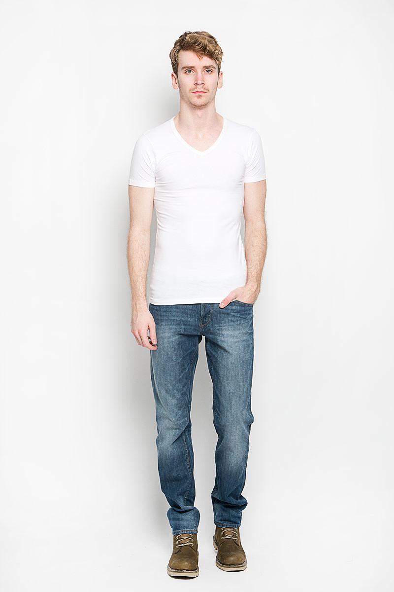 Футболка мужская MeZaGuZ, цвет: белый. TomerBASIC/WHITE. Размер L (50)TomerBASIC/WHITEМужская футболка MeZaGuZ, выполненная из натурального хлопка с содержанием эластана, станет стильным дополнением к вашему гардеробу. Материал изделия мягкий и приятный на ощупь, не сковывает движения и позволяет коже дышать.Футболка с V-образным вырезом горловины и короткими рукавами выполнена в лаконичной дизайне. Изделие украшено вышивкой в виде фирменного логотипа. Такая модель отлично подойдет для повседневной носки и подарит вам комфорт в течение всего дня!
