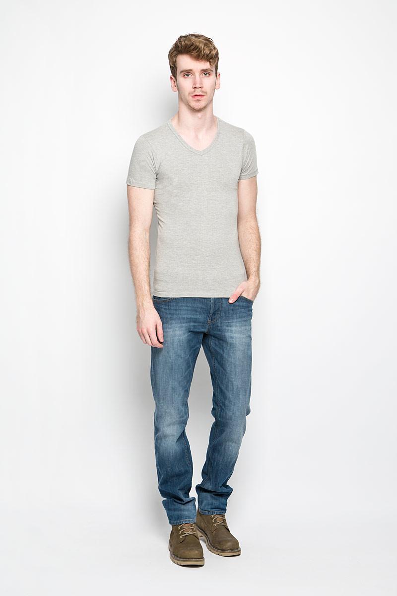 Футболка мужская MeZaGuZ, цвет: серый меланж. TomerBASIC/GREYMEL. Размер L (50)TomerBASIC/GREYMELМужская футболка MeZaGuZ, выполненная из натурального хлопка с содержанием эластана, станет стильным дополнением к вашему гардеробу. Материал изделия мягкий и приятный на ощупь, не сковывает движения и позволяет коже дышать.Футболка с V-образным вырезом горловины и короткими рукавами выполнена в лаконичной дизайне. Изделие украшено вышивкой в виде фирменного логотипа. Такая модель отлично подойдет для повседневной носки и подарит вам комфорт в течение всего дня!