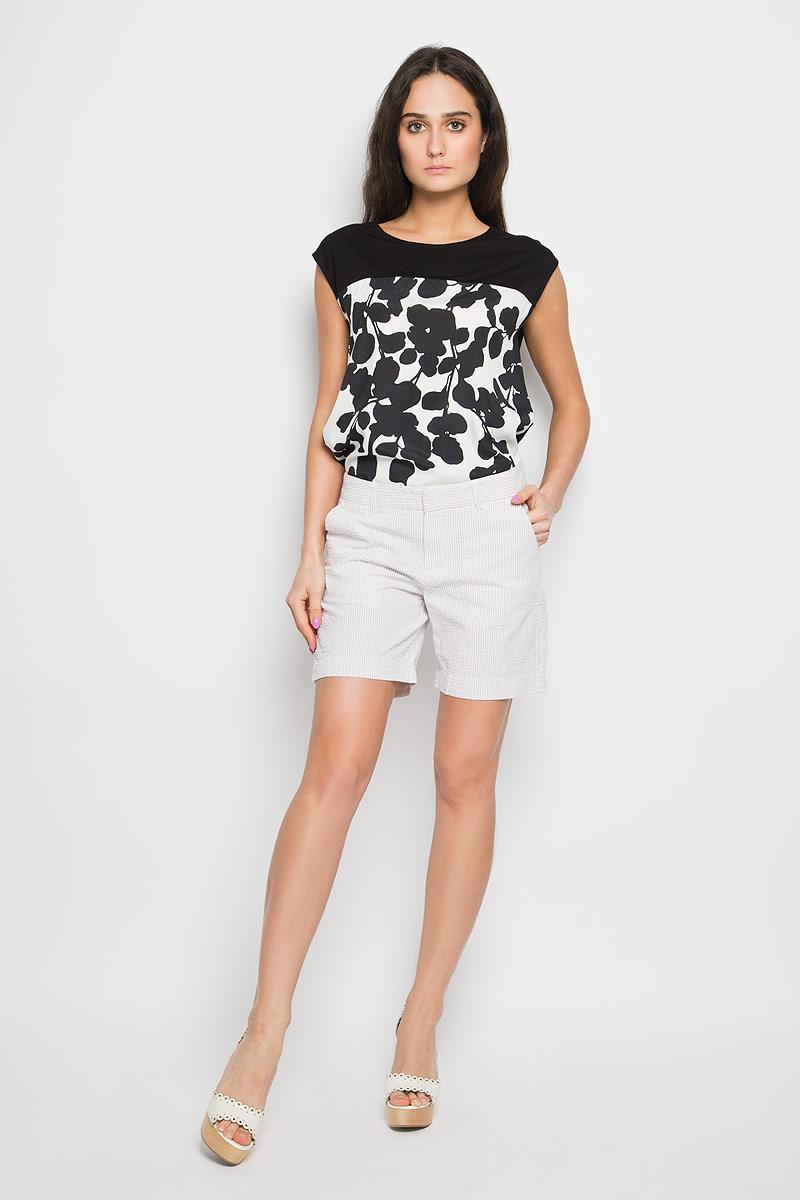 Шорты женские Sela, цвет: бежевый, белый. SH-115/706-6244. Размер 48SH-115/706-6244Стильные женские шорты Sela станут прекрасным дополнением к летнему гардеробу. Они изготовлены из хлопка, мягкие и приятные на ощупь, не сковывают движения, обеспечивая наибольший комфорт. Модель на талии застегивается на брючный крючок и дополнительно на пуговицу. Имеется ширинка на застежке-молнии и шлевки для ремня. Спереди шорты дополнены двумя втачными карманами с косыми краями, а сзади - двумя прорезными карманами. Оформлено изделие принтом в узкую полоску.Эти шорты идеальный вариант для жарких летних дней.