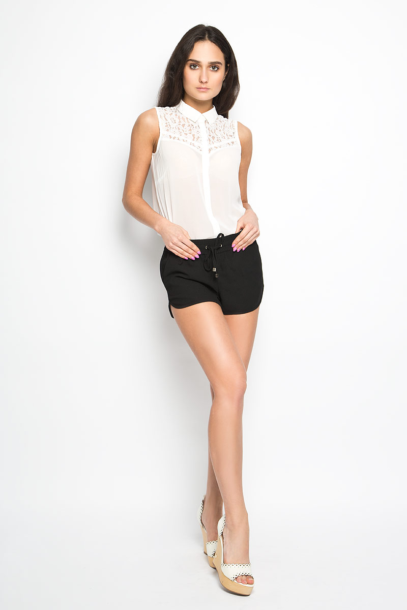 Шорты женские Sela, цвет: черный. SH-115/672-6204. Размер 48SH-115/672-6204Короткие женские шорты Sela станут прекрасным дополнением к летнему гардеробу. Они изготовлены из полиэстера, мягкие и приятные на ощупь, не сковывают движения, обеспечивая наибольший комфорт. Модель на талии имеет широкую эластичную резинку, дополненную скрытым шнурком. Спереди шорты дополнены двумя втачными карманами с косыми краями. Низ штанин немного закруглен к внешним боковым швам.Эти шорты идеальный вариант для жарких летних дней.