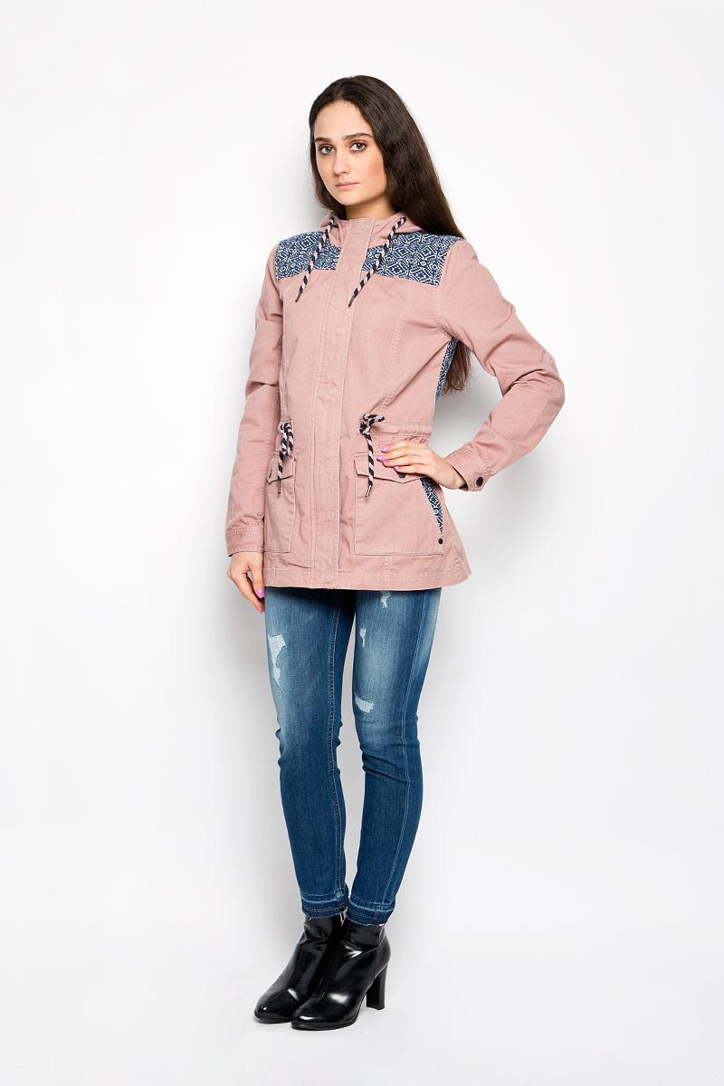 Куртка женская Tom Tailor Denim, цвет: пыльно-розовый. 3532564.00.71_5477. Размер XS (42)3532564.00.71_5477Стильная женская удлиненная куртка Tom Tailor Denim, выполненная из высококачественного плотного материала, рассчитана на прохладную погоду. Она поможет вам почувствовать себя максимально комфортно и стильно. Модель с длинными рукавами и несъемным капюшоном застегивается на застежку-молнию и дополнительно ветрозащитным клапаном на металлические кнопки. Капюшон и линия талии дополнены утягивающими шнурками. Манжеты рукавов застегиваются на кнопки. Спереди имеются два накладных кармана на кнопках, на которых расположены прорезные карманы. Оформлено изделие контрастными вставками с оригинальным принтом.Такая куртка станет отличным дополнением вашего гардероба.