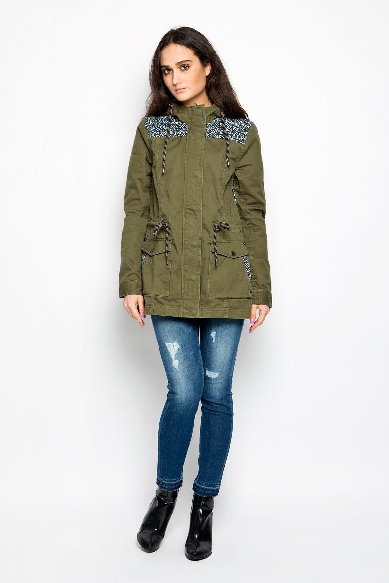 Куртка женская Tom Tailor Denim, цвет: оливковый. 3532564.00.71_7687. Размер XS (42)3532564.00.71_7687Стильная женская удлиненная куртка Tom Tailor Denim, выполненная из высококачественного плотного материала, рассчитана на прохладную погоду. Она поможет вам почувствовать себя максимально комфортно и стильно. Модель с длинными рукавами и несъемным капюшоном застегивается на застежку-молнию и дополнительно ветрозащитным клапаном на металлические кнопки. Капюшон и линия талии дополнены утягивающими шнурками. Манжеты рукавов застегиваются на кнопки. Спереди имеются два накладных кармана на кнопках, на которых расположены прорезные карманы. Оформлено изделие контрастными вставками с оригинальным принтом.Такая куртка станет отличным дополнением вашего гардероба.