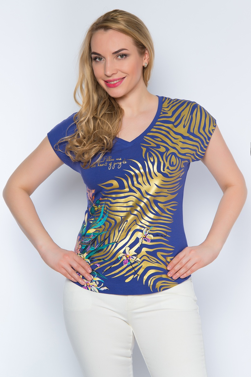 Футболка женская BeGood, цвет: фиолетовый. SS16-BGUZ-504. Размер 46SS16-BGUZ-504Стильная женская футболка BeGood изготовлена из эластичного хлопка.Приталенная модель с V-образным вырезом горловины и короткими цельнокроенными рукавами оформлена оригинальным принтом и декорирована стразами. Передняя часть футболки немного удлинена.