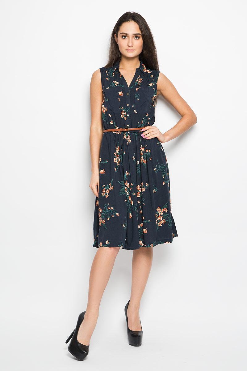 Платье Sela, цвет: темно-синий. Dsl-117/732-6264. Размер 48Dsl-117/732-6264Очаровательное платье Sela, выполненное из высококачественного материала, идеально впишется в ваш гардероб.Модель трапециевидного кроя без рукавов, с отложным воротником застёгивается на пуговицы до пояса. Изысканное платье, оформленное цветочным принтом и двумя накладными кармашками на груди, создаст обворожительный неповторимый образ. По бокам платье дополнено двумя врезными карманами. Талию подчеркнет тонкий ремешок, регулируемый металлической пряжкой.Это модное и удобное платье станет превосходным дополнением к вашему гардеробу, оно подарит вам удобство и поможет вам подчеркнуть свой вкус и неповторимый стиль.