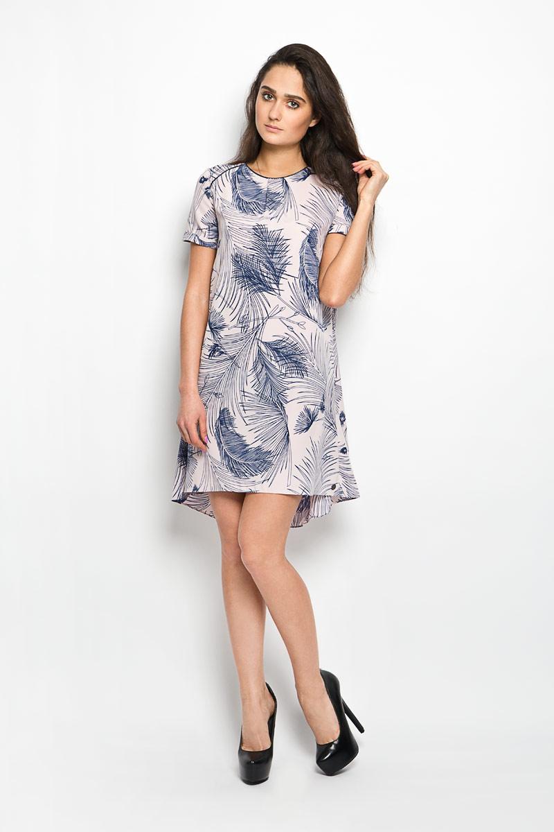 Платье Lee Cooper, цвет: светло-розовый, темно-синий. DITAN4006. Размер XS (40)DITAN4006Платье Lee Cooper станет ярким и стильным дополнением к вашему гардеробу. Изделие выполнено из легкого полиэстера, приятное к телу, не сковывает движения и хорошо вентилируется. Модель свободного силуэта с короткими рукавами имеет круглый вырез горловины. Застегивается платье сзади на пуговицу. Спереди и сзади имеются складки. Рукава дополнены пристроченными отворотами. Изделие оформлено принтом в виде перьев.Это эффектное платье поможет создать привлекательный женственный образ.