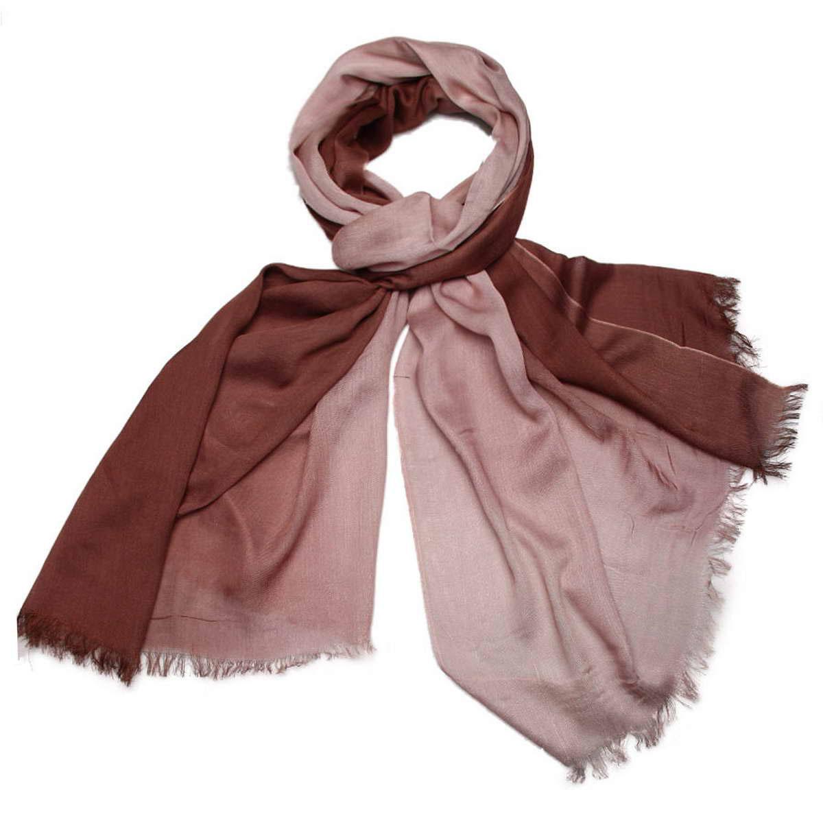 Палантин женский Venera, цвет: коричневый. 3415401-19. Размер 70 см х 180 см3415401-19Элегантный женский палантин Venera изготовлен из вискозы и шелка. Палантин имеет отличное качество и приятную текстуру материала, он подарит настоящий комфорт при носке, а большие размеры позволят согреться в прохладную погоду.Изделие оформлено двухцветной гаммой и небольшой бахромой по краям.Этот модный аксессуар женского гардероба гармонично дополнит образ современной женщины, следящей за своим имиджем и стремящейся всегда оставаться стильной и утонченной. В этом палантине вы всегда будете выглядеть женственной и привлекательной.