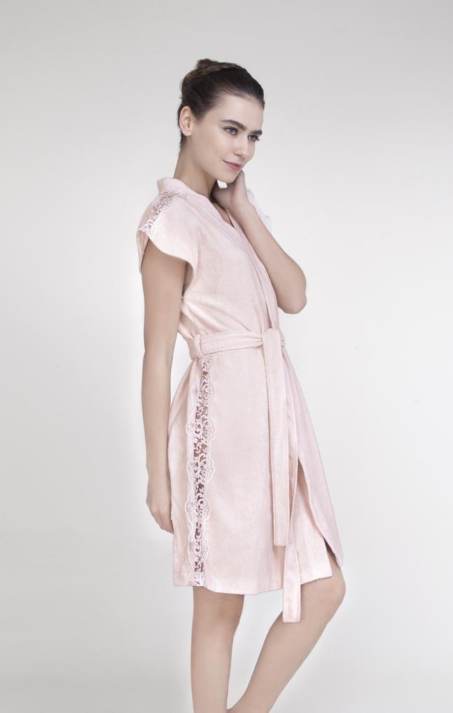 Халат женский Issimo Home, цвет: розовый. PERPA. Размер M (44)PERPAЖенственный халат ISSIMO - это стильный, современный дизайн и благородные оттенки. Халат исполнен из бамбуковой ткани с добавлением хлопка, бархатистый на ощупь. Изделие с запахом, на поясе, дополнено декоративными кружевными вставками по боковым и плечевым швам. Мягкий поясок прилагается. Такой халат - это изящное решение для носки дома и после душа.