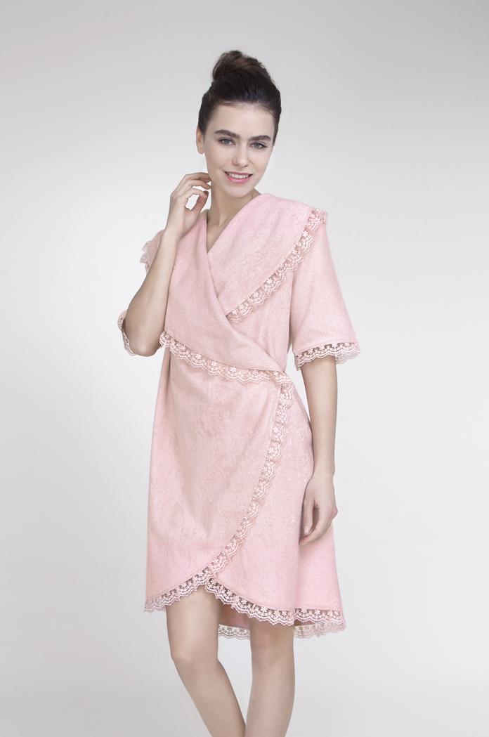 Халат женский Issimo Home, цвет: нежно-розовый. CHANEL. Размер XL (48)CHANELДомашний теплый халат Issimo Home выполнен из бамбука с добавлением хлопка. Модель длиной выше колен дополнен воротником шаль. Халат без застежки, запахивается спереди и завязывается на пояс. По краям модель оформлена красивой оборкой.