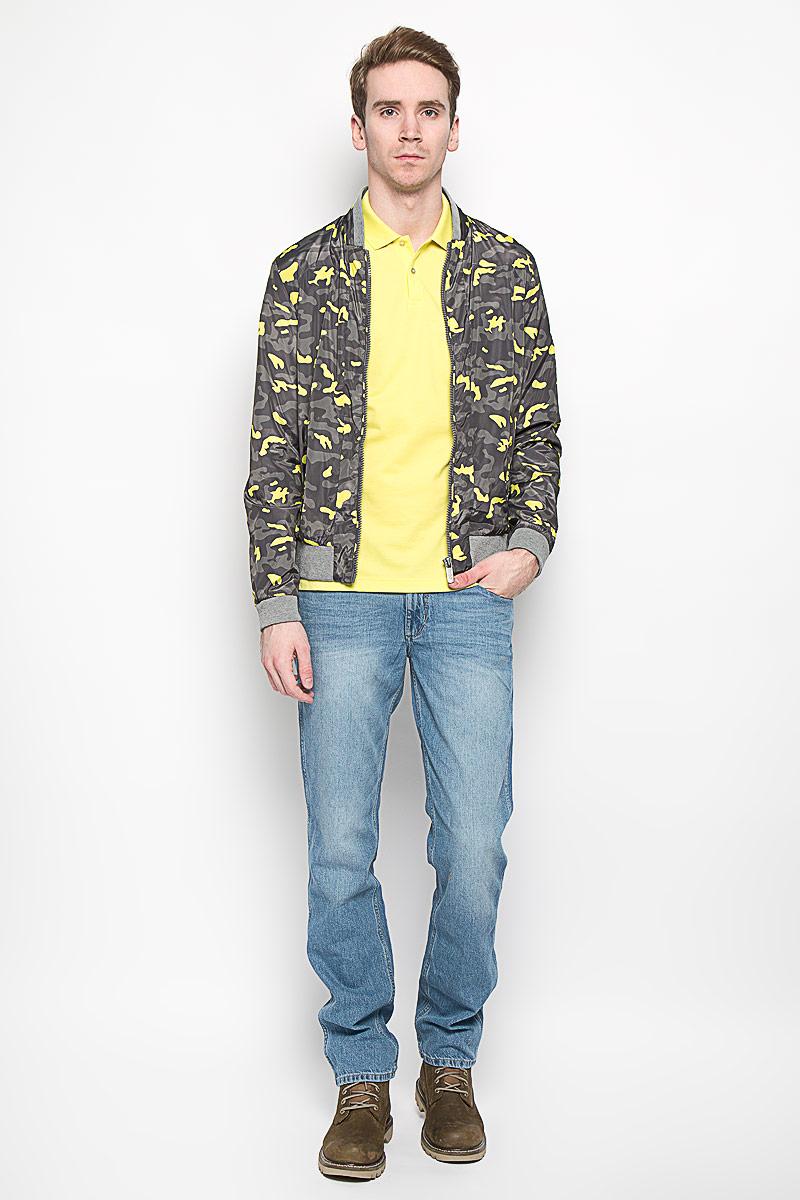 Куртка мужская Calvin Klein Jeans, цвет: серый, ярко-желтый. J3IJ303753_0680. Размер M (46/48)14527Стильная мужская куртка Calvin Klein, изготовленная из 100% полиэстера, отлично подойдет для прохладных дней. Подкладка также выполнена из полиэстера. Куртка с воротником-стойкой застегивается на пластиковую застежку-молнию. Воротник, манжеты рукавов и низ изделия дополнены трикотажной резинкой. Спереди модели находятся два прорезных кармана на застежках-молниях. Внутри также имеется прорезной карман на молнии. Оформлено изделие камуфляжным принтом. Эта модная и в то же время комфортная куртка согреет вас в холодное время года и прекрасно подойдет для прогулок.