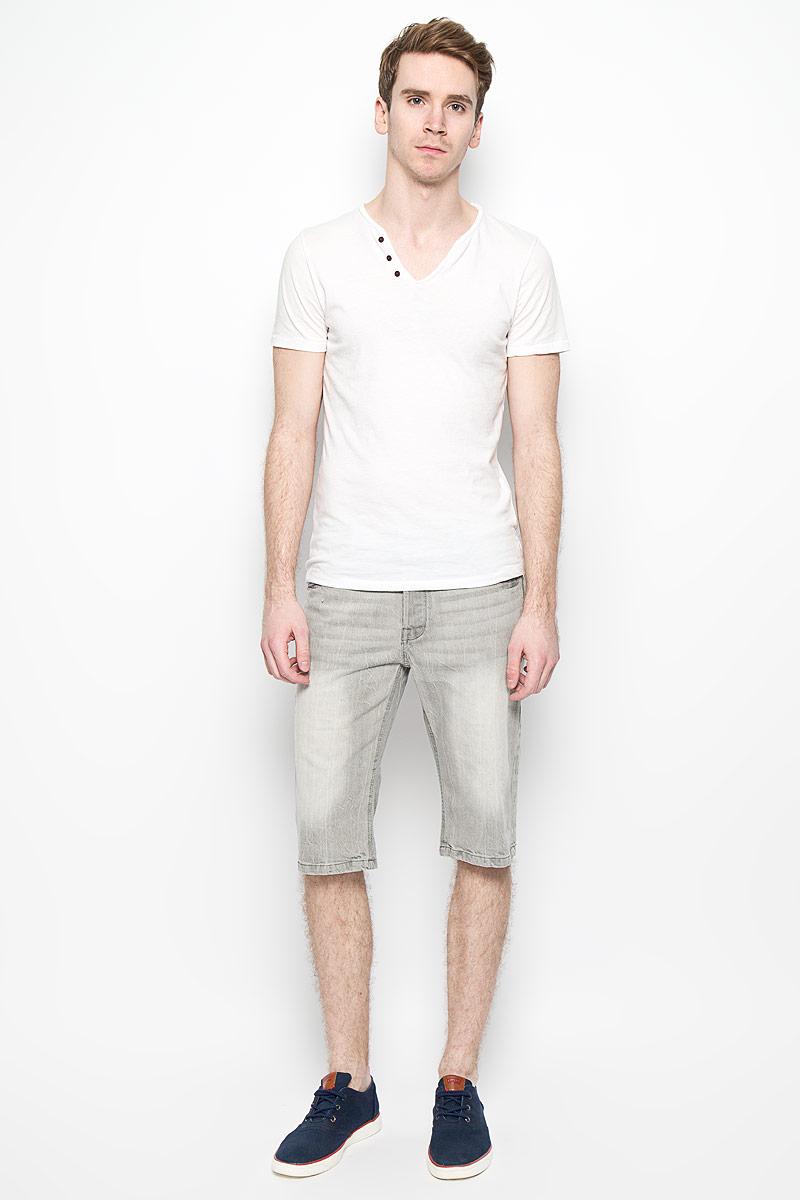 Шорты мужские MeZaGuZ, цвет: светло-серый. Flavor. Размер 46 (54)Flavor_Bleach GreyМужские джинсовые шорты MeZaGuZ, изготовленные из натурального хлопка, станут отличным дополнением к вашему гардеробу. Материал изделия плотный, приятный на ощупь, хорошо пропускает воздух. Шорты на поясе застегиваются на металлическую пуговицу и имеют ширинку на застежках-пуговицах, а также шлевки для ремня. Модель имеет классический пятикарманный крой: спереди - два втачных кармана и один маленький накладной, а сзади - два накладных кармана. Шорты оформлены эффектом потертости, перманентными складками, украшены контрастной прострочкой и металлическим клепками.Дизайн и расцветка делают эту модель модным предметом мужской одежды. В таких шортах вы всегда будете чувствовать себя уверенно и комфортно.
