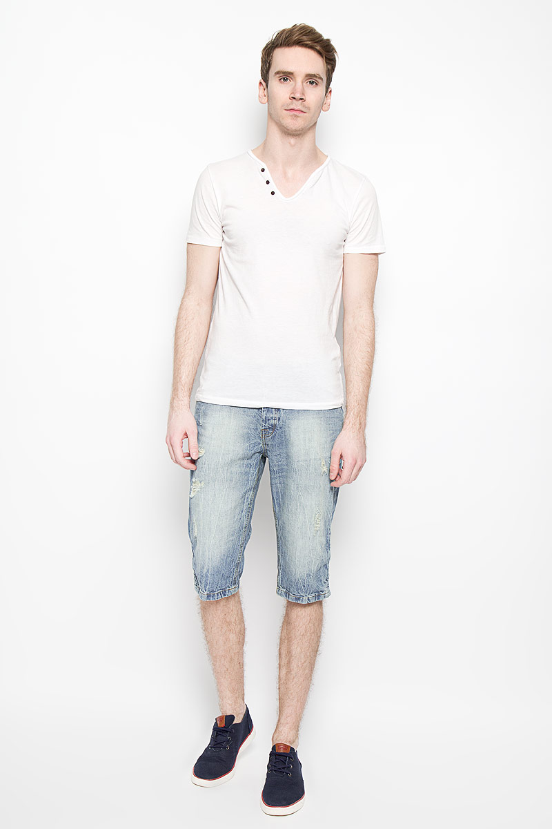 Шорты мужские MeZaGuZ, цвет: голубой джинс. Flowzy. Размер 38 (46)Flowzy_Blue LightМужские джинсовые шорты MeZaGuZ, изготовленные из натурального хлопка, станут отличным дополнением к вашему гардеробу. Материал изделия плотный, приятный на ощупь, хорошо пропускает воздух. Шорты на поясе застегиваются на металлическую пуговицу и имеют ширинку на застежках-пуговицах, а также шлевки для ремня. Модель имеет классический пятикарманный крой: спереди - два втачных кармана и один маленький накладной, а сзади - два накладных кармана. Изделие оформлено эффектом искусственного состаривания денима: прорези и потертости. Дизайн и расцветка делают эту модель модным предметом мужской одежды. В таких шортах вы всегда будете чувствовать себя уверенно и комфортно.
