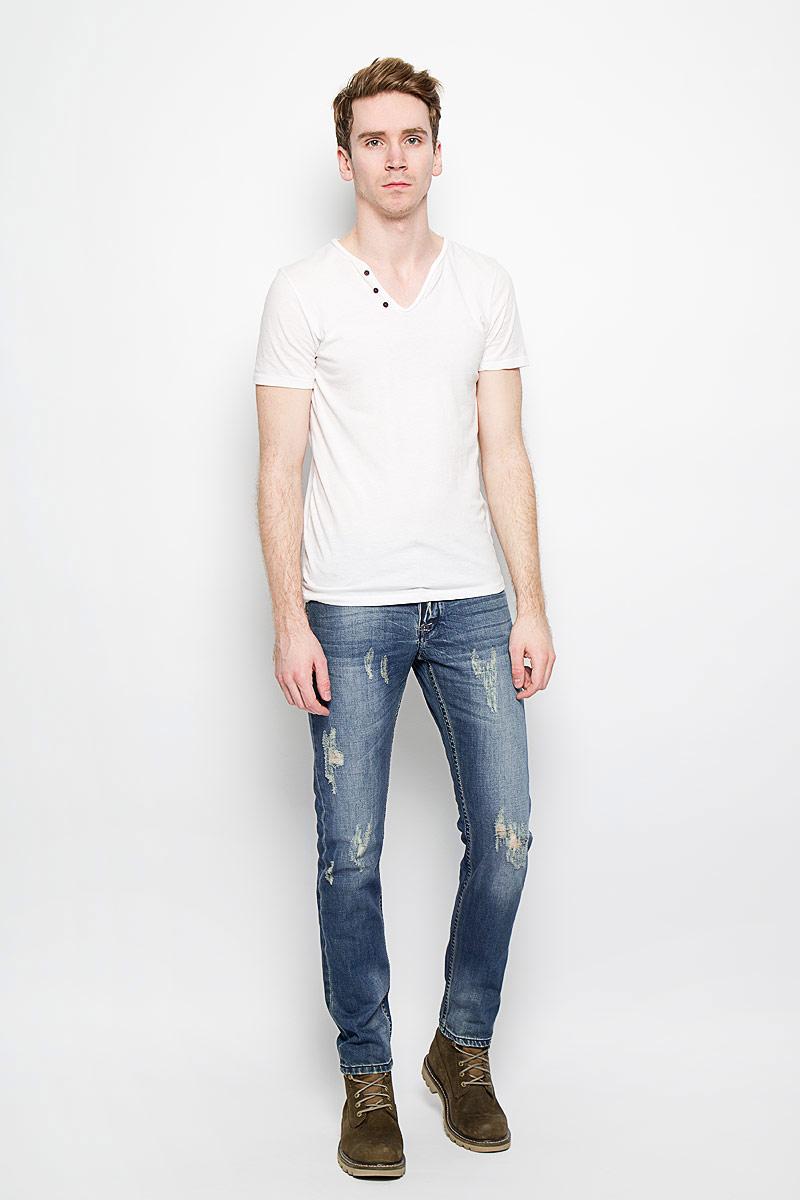 Джинсы мужские MeZaGuZ, цвет: светло-синий. Wandoo/denim. Размер 46 (54)Wandoo/denimСтильные мужские джинсы MeZaGuZ выполненные из натурального хлопка, подходят большинству мужчин. Модель прямого кроя и средней посадки станет отличным дополнением к вашему современному образу. На поясе джинсы застегиваются на металлическую пуговицу и имеют ширинку на застежках-пуговицах, также имеются шлевки для ремня. Спереди модель оформлена двумя втачными карманами и одним небольшим секретным кармашком, а сзади - двумя накладными карманами. Модель оформлена декоративными потертостями и рваным эффектом. Эти модные и в тоже время комфортные джинсы послужат отличным дополнением к вашему гардеробу. В них вы всегда будете чувствовать себя уютно и комфортно.