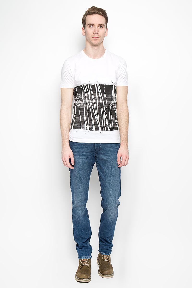 Футболка мужская Calvin Klein Jeans, цвет: белый, черный. J3IJ303695_1120. Размер M (46/48)SA81566-PERHМужская футболка Calvin Klein Jeans выполнена из натурального хлопка. Материал изделия мягкий и приятный на ощупь, не сковывает движения и позволяет коже дышать. Футболка с короткими рукавами имеет круглый вырез горловины, дополненный трикотажной резинкой. Изделие оформлено принтом с термоаппликацией. Футболка украшена объемной надписью, содержащей название бренда.Такая модель подарит вам комфорт в течение всего дня и станет модным и стильным дополнением к вашему гардеробу.