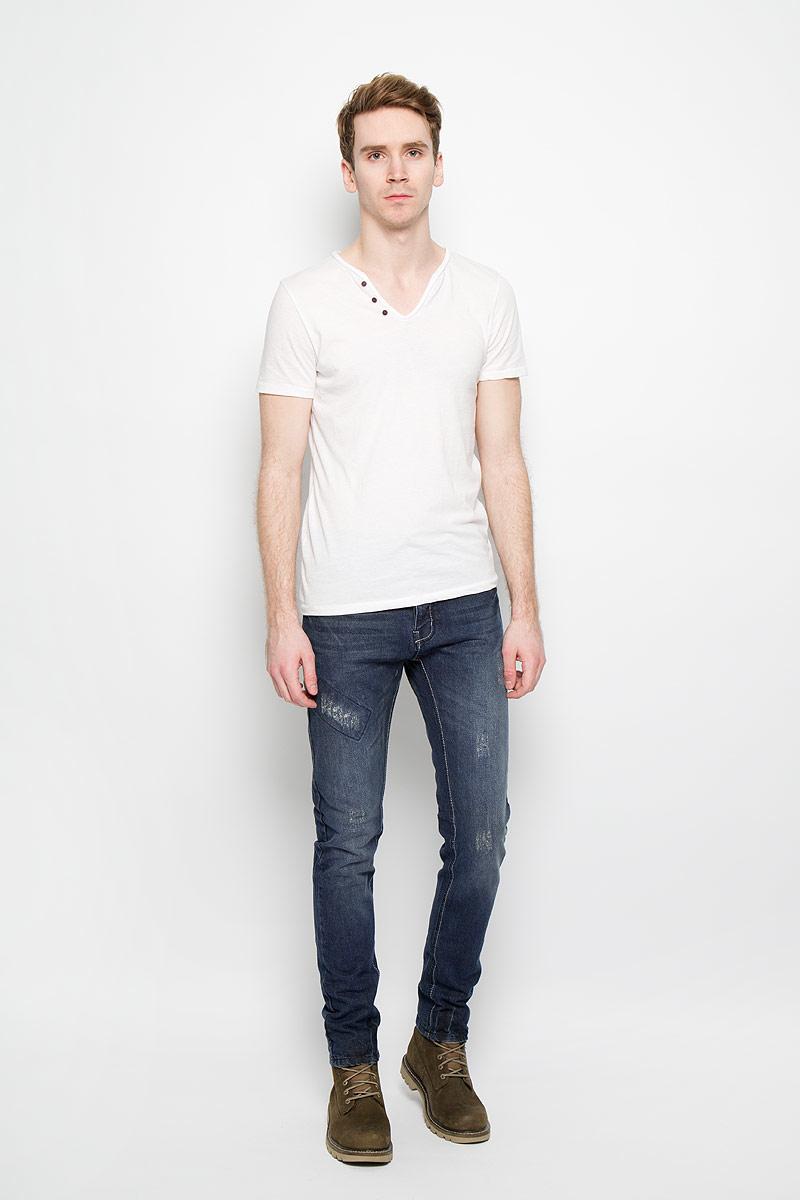 Джинсы мужские MeZaGuZ, цвет: синий. Wenge/denim. Размер 42 (50)Wenge/denimСтильные мужские джинсы MeZaGuZ выполненные из натурального хлопка, подходят большинству мужчин. Модель прямого кроя и средней посадки станет отличным дополнением к вашему современному образу. На поясе джинсы застегиваются на металлическую пуговицу и имеют ширинку на застежках-пуговицах, также имеются шлевки для ремня. Спереди модель оформлена двумя втачными карманами и одним небольшим секретным кармашком, а сзади - двумя накладными карманами. Модель оформлена эффектом потертости. Эти модные и в тоже время комфортные джинсы послужат отличным дополнением к вашему гардеробу. В них вы всегда будете чувствовать себя уютно и комфортно.