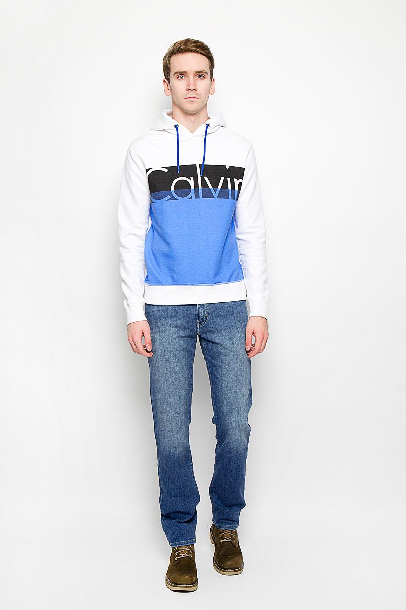 Толстовка мужская Calvin Klein Jeans, цвет: белый, синий, черный. J3IJ303873_4840. Размер XL (54)14526Стильная мужская толстовка Calvin Klein Jeans, изготовленная из высококачественного хлопкового материла, необычайно мягкая и приятная на ощупь, не сковывает движения, обеспечивая наибольший комфорт.Толстовка с длинными рукавами и с капюшоном на груди оформлена надписью Calvin. Капюшон затягивается на кулиску. Рукава дополнены широкими трикотажными манжетами, по низу также проходит широкая трикотажная резинка.Эта модная и в тоже время комфортная толстовка отличный вариант как для активного отдыха, так и для занятий спортом!