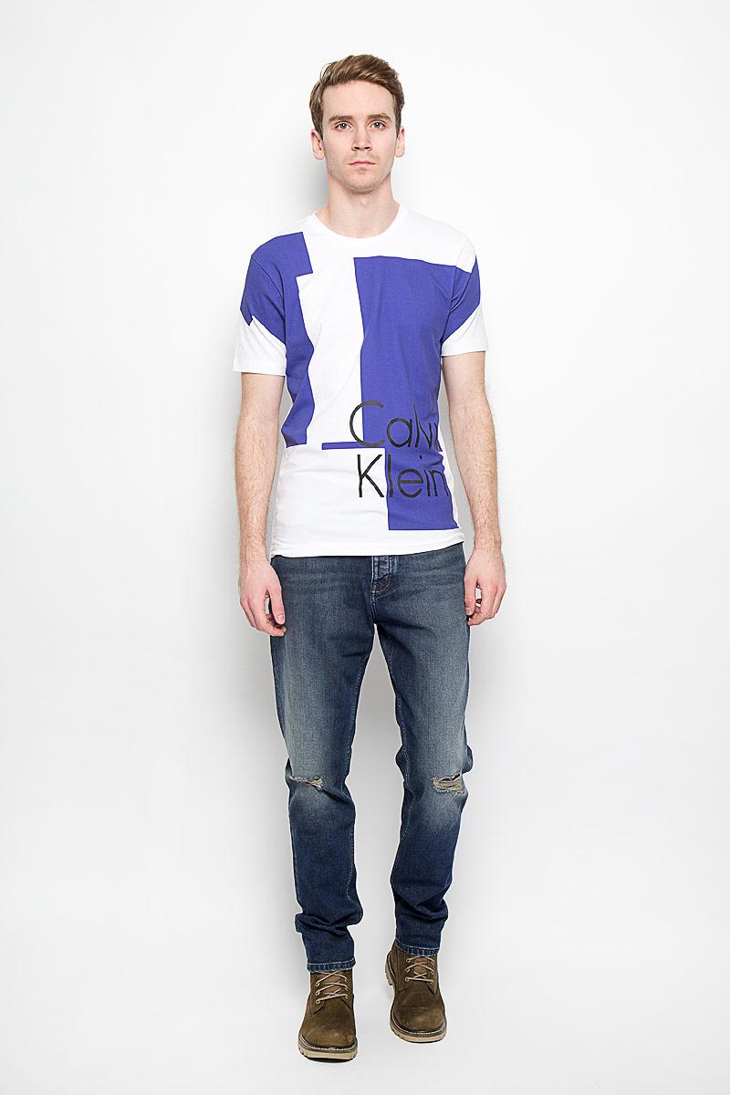 Джинсы мужские Calvin Klein Jeans, цвет: синий. J3DJ304006_4514. Размер 30 (44/46)10.00.02.0136Стильные мужские джинсы Calvin Klein Jeans - джинсы высочайшего качества на каждый день, которые прекрасно сидят. Модель слегка зауженного кроя и средней посадки изготовлена из высококачественного материала. Изделие оформлено потертостями и рваным эффектом. Застегиваются джинсы на пуговицу в поясе и ширинку на пуговицах, имеются шлевки для ремня. Спереди модель оформлены двумя втачными карманами и одним небольшим секретным кармашком, а сзади - двумя накладными карманами.Эти модные и в тоже время комфортные джинсы послужат отличным дополнением к вашему гардеробу. В них вы всегда будете чувствовать себя уютно и комфортно.